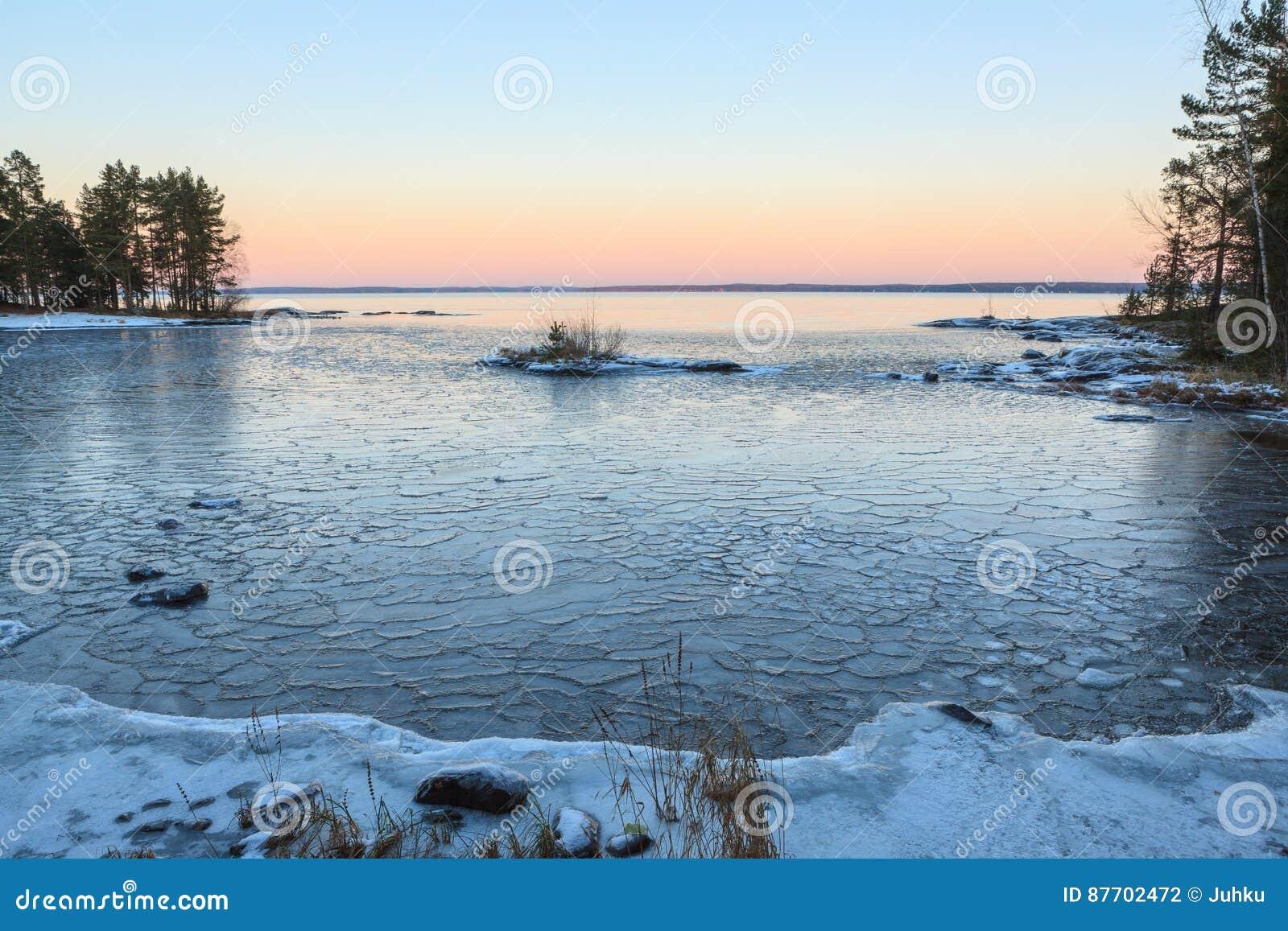 Blocs de glace sur le lac de congélation au crépuscule