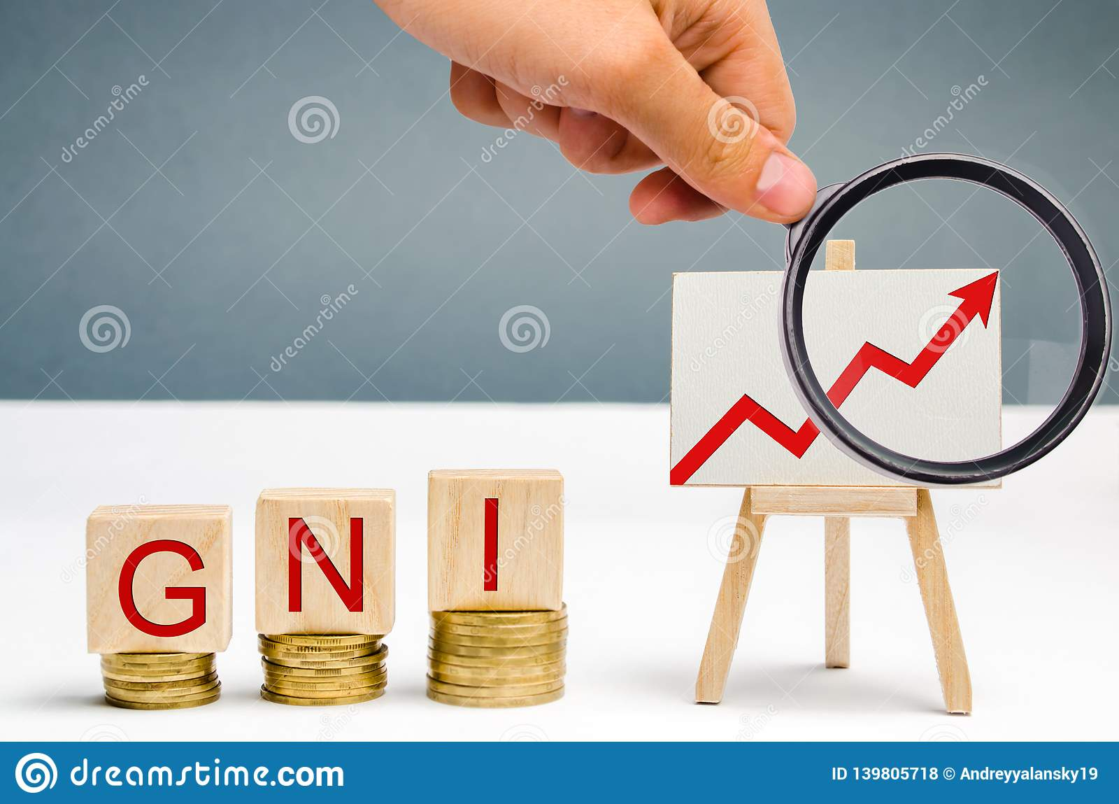 Blocs en bois avec le mot Gni et la flèche haute Le revenu national brut est la somme du produit intérieur brut et du filet d une