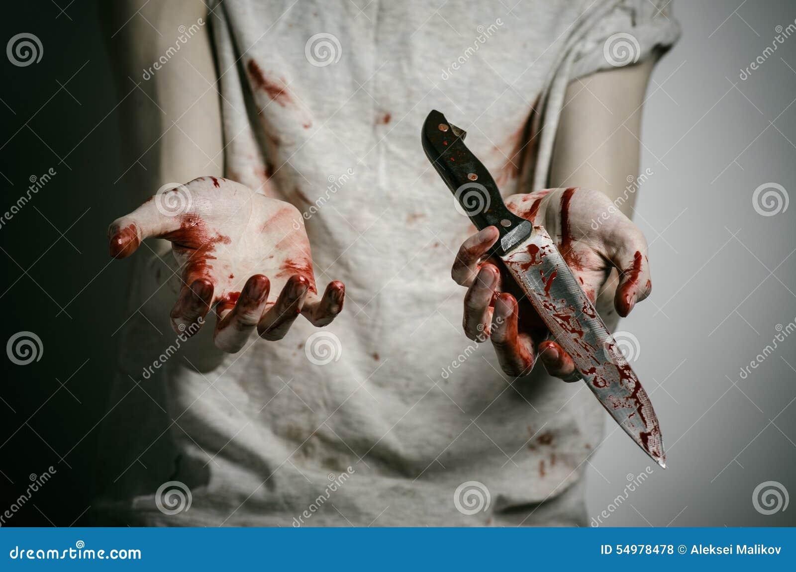 Blod- och allhelgonaaftontema: man som rymmer en blodig kniv i hans hand, en blodig mördare