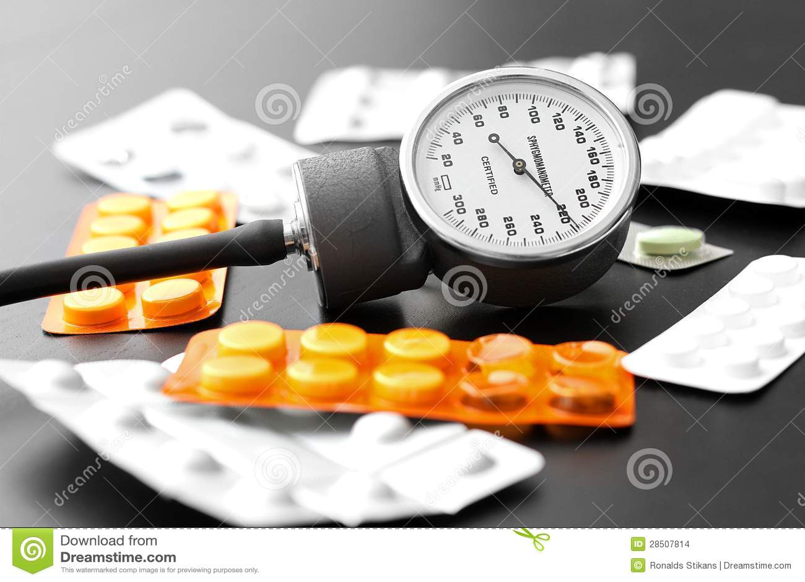 Bloeddrukmeter en pillen op de lijst