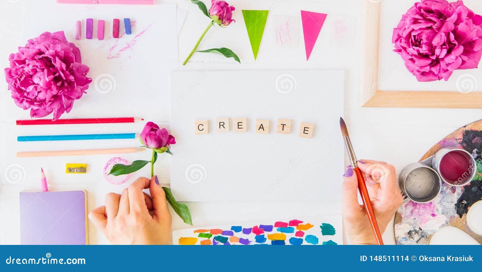 Bloeit de Topview Vrouwelijke Handen die borstel over Create schoonheid het van letters voorzien op canvas met het schilderen van
