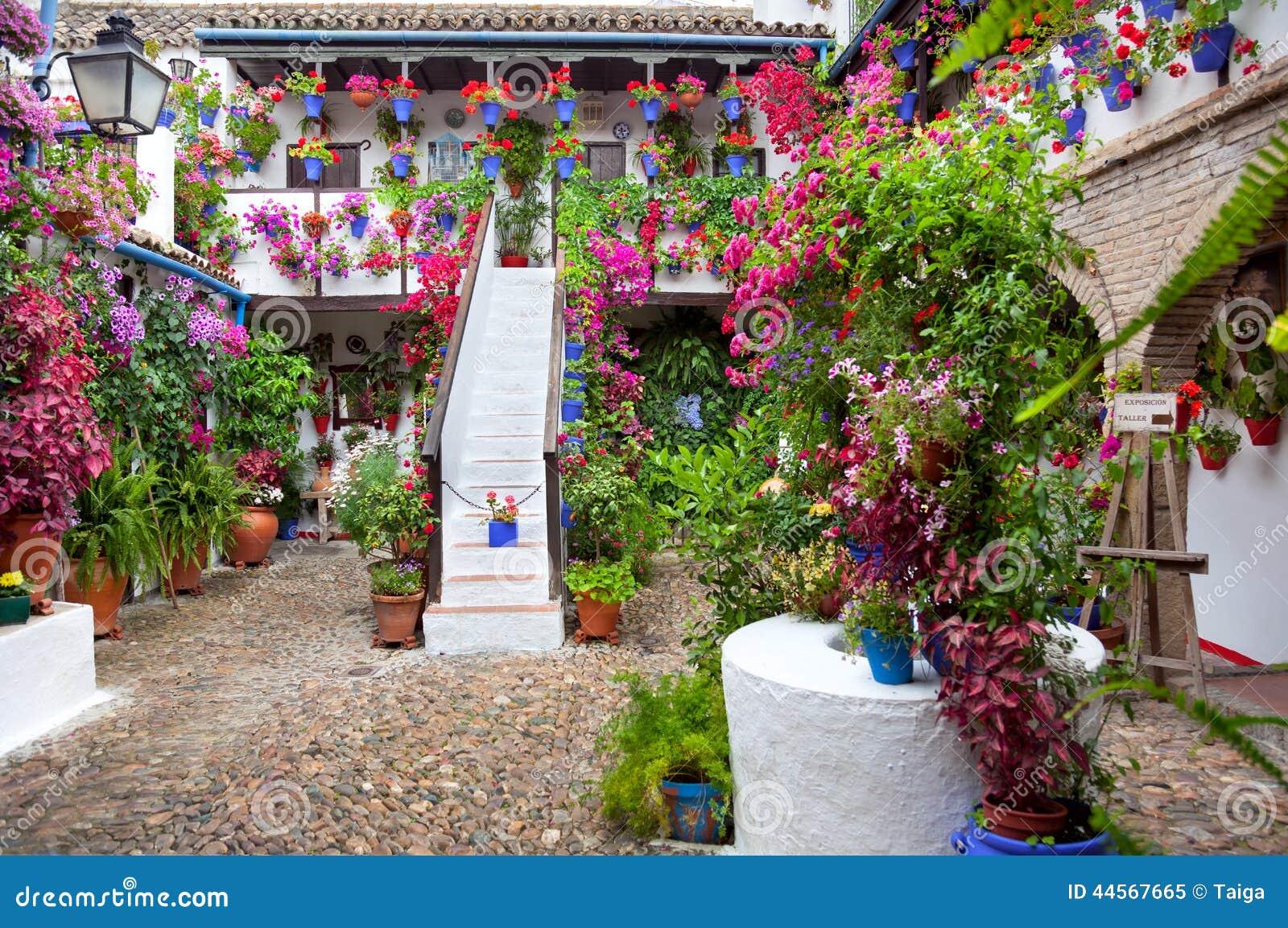 Bloemen in bloempot op de muren op straten van cordobf spanje redactionele afbeelding - Tuin decoratie buitenkant ...