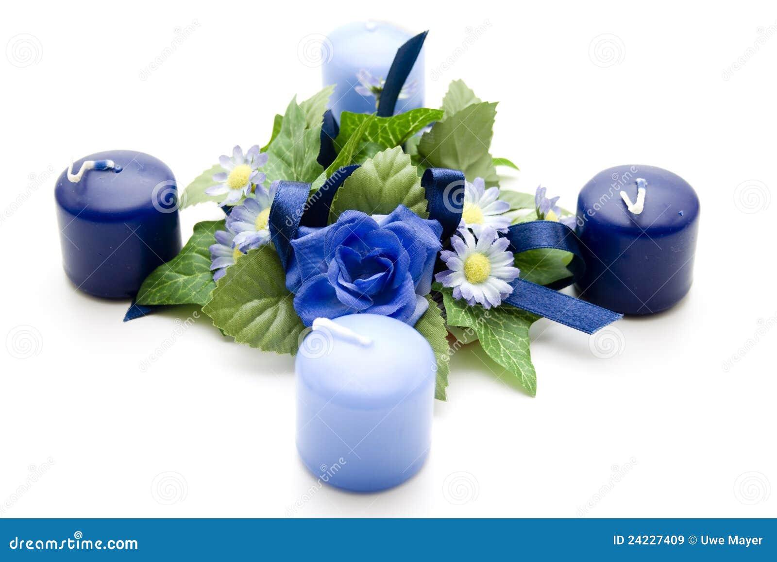 Bloemen decoratie met blauwe kaarsen stock afbeelding for Bloemen decoratie