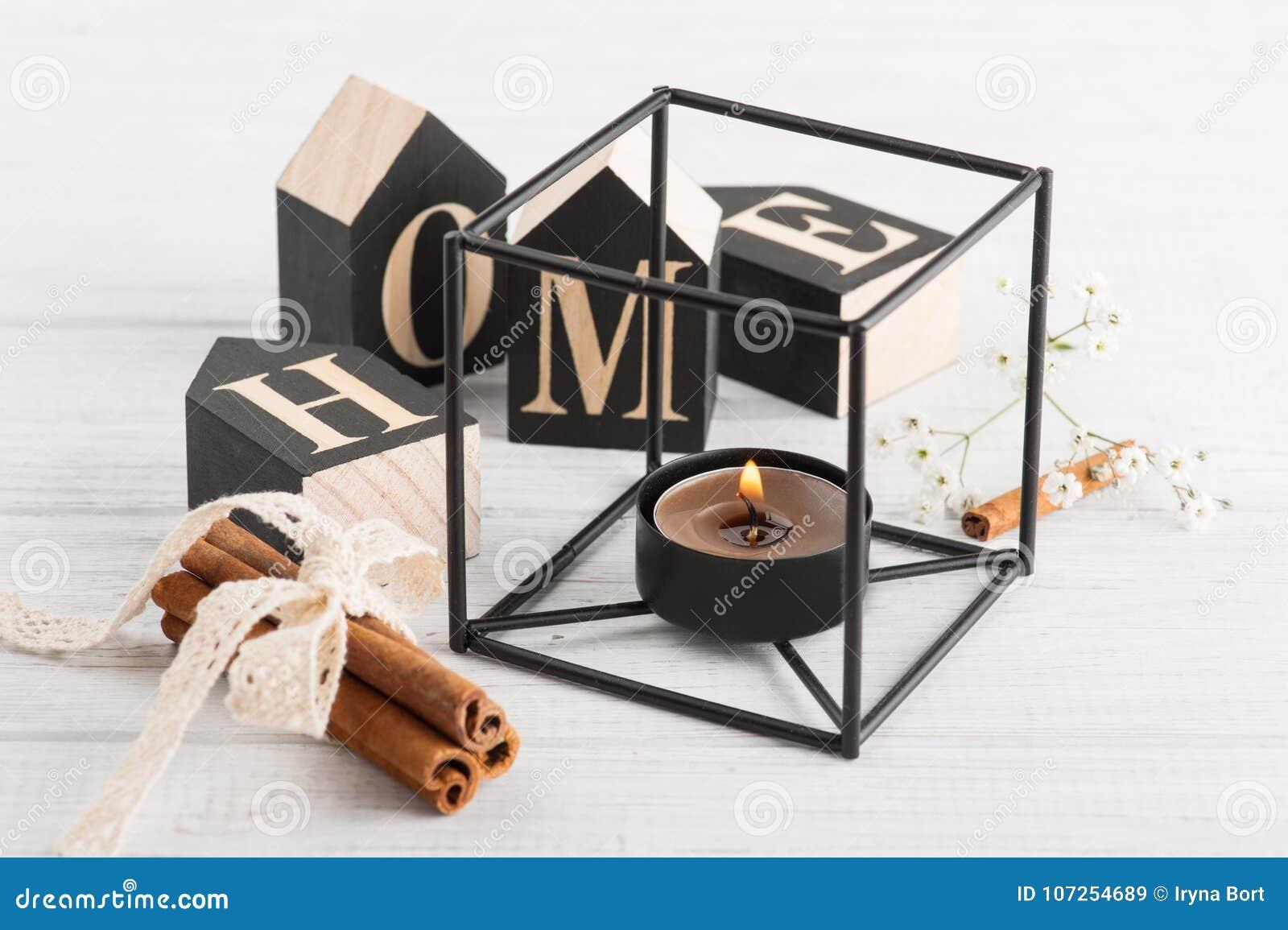 Bloemen en aangestoken kaars, houten brievenhuis