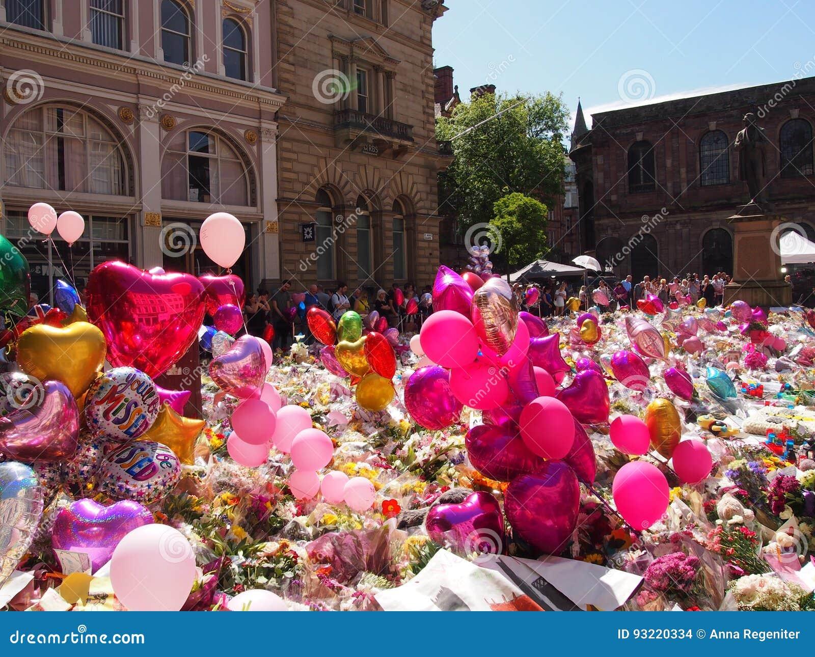 Bloemen en Ballons voor de slachtoffers van de de Arenaaanval van Manchester