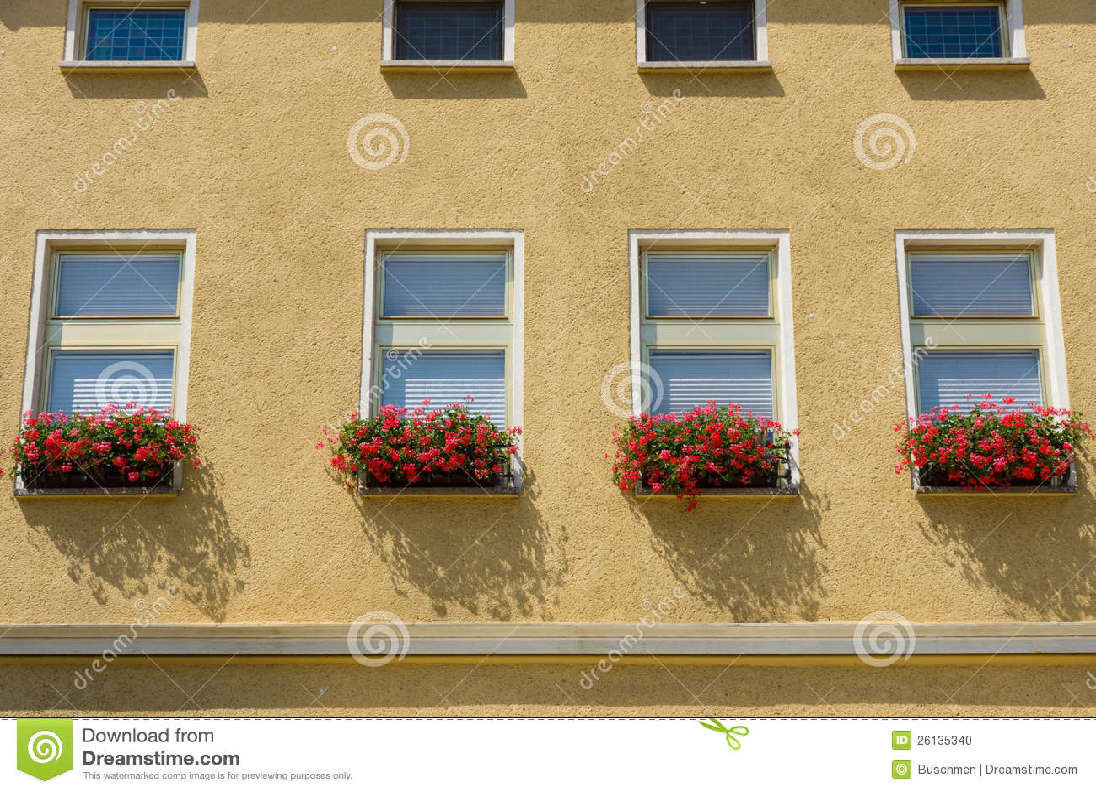 Bloemen op de vensterbank stock foto afbeelding bestaande uit doos 26135340 - Tuin decoratie buitenkant ...
