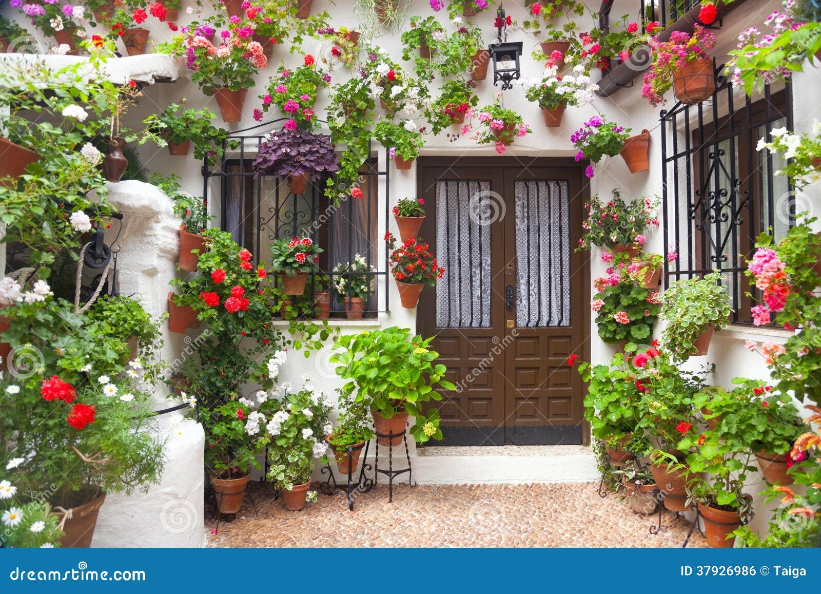 Bloemendecoratie van Uitstekende Binnenplaats, Spanje, Europa