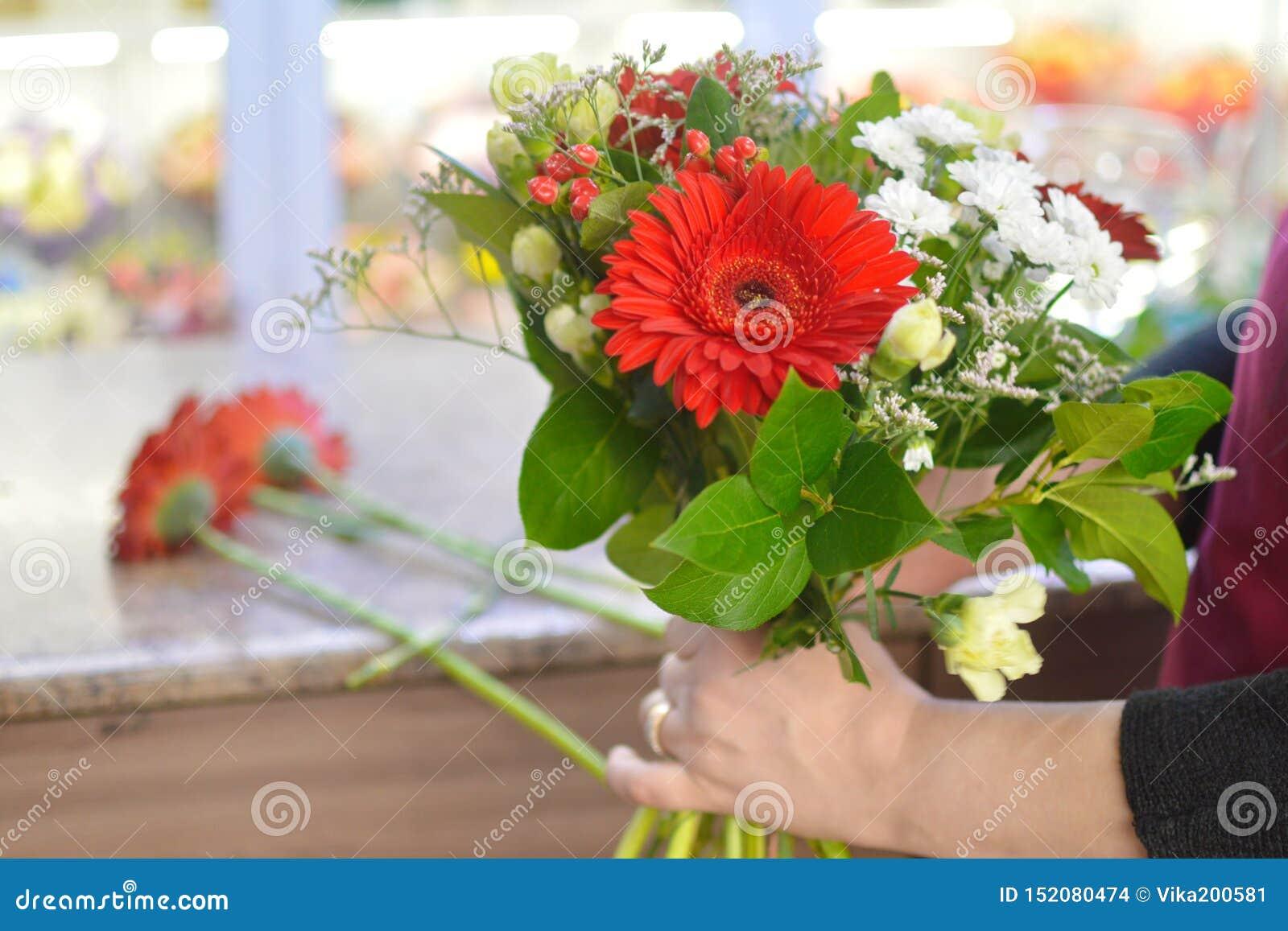 Bloemist aan het werk in de bloemwinkel