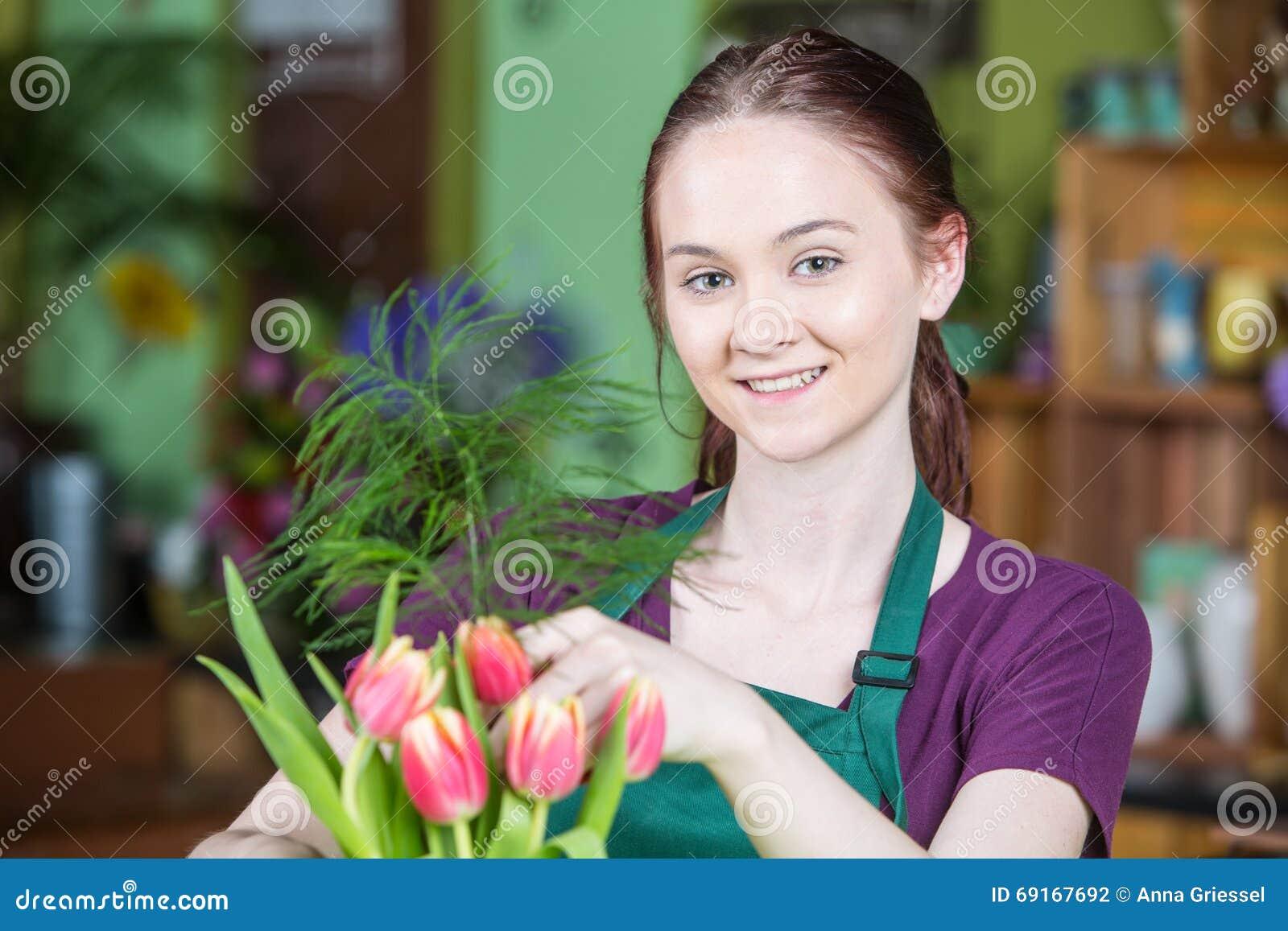 Bloemist Creating Tulip Arrangement