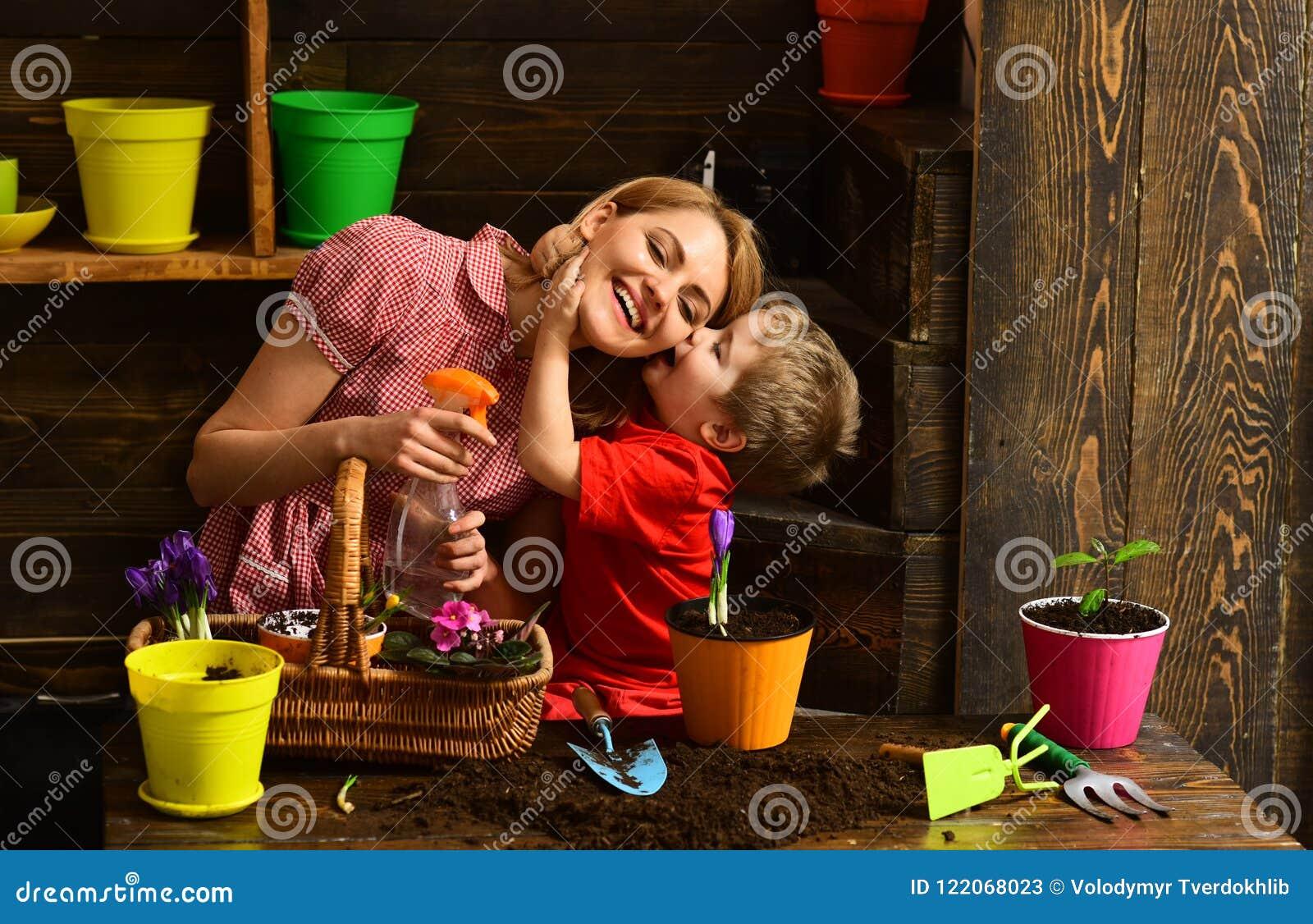 Bloemistconcept Weinig van de de bloemistvrouw van de jong geitjekus bespuitende bloem Huisbloemist op het werk Bloemistwinkel