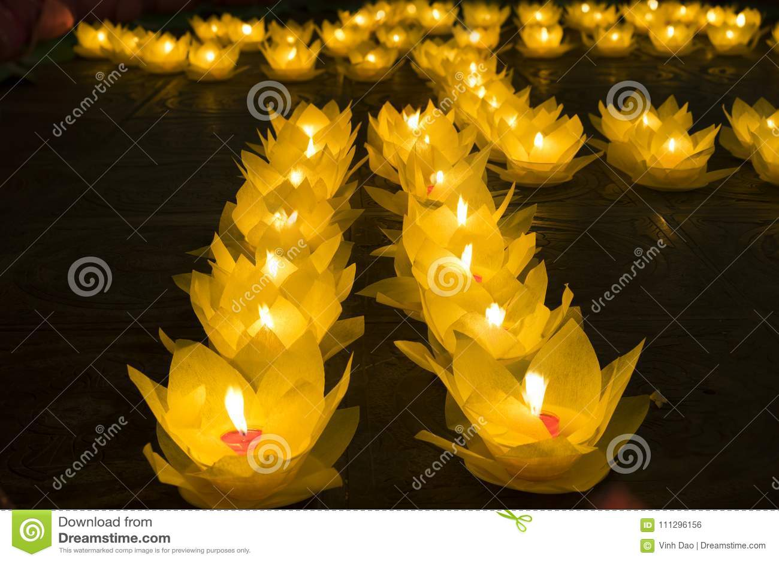 Bloemslingers en gekleurde lantaarns voor het vieren van de verjaardag van Boedha ` s in Oostelijke cultuur Zij worden gemaakt va