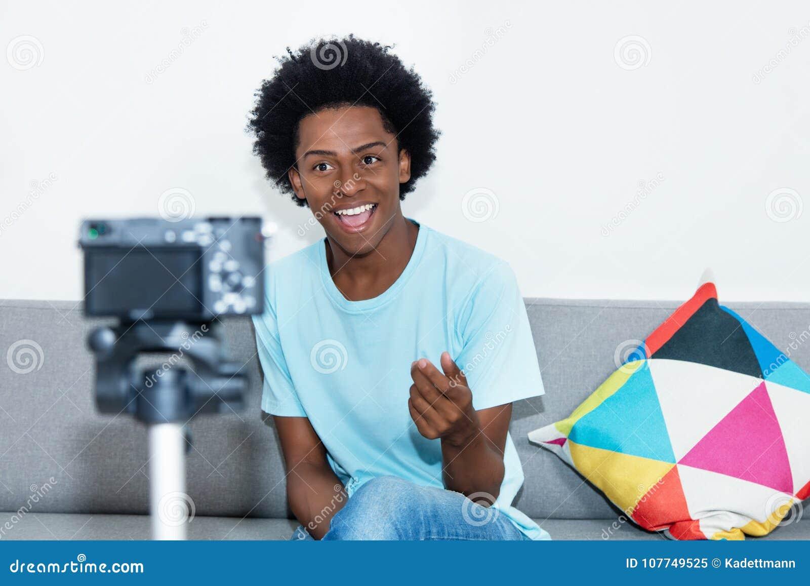 Blog de vidéo d enregistrement de vlogger d afro-américain