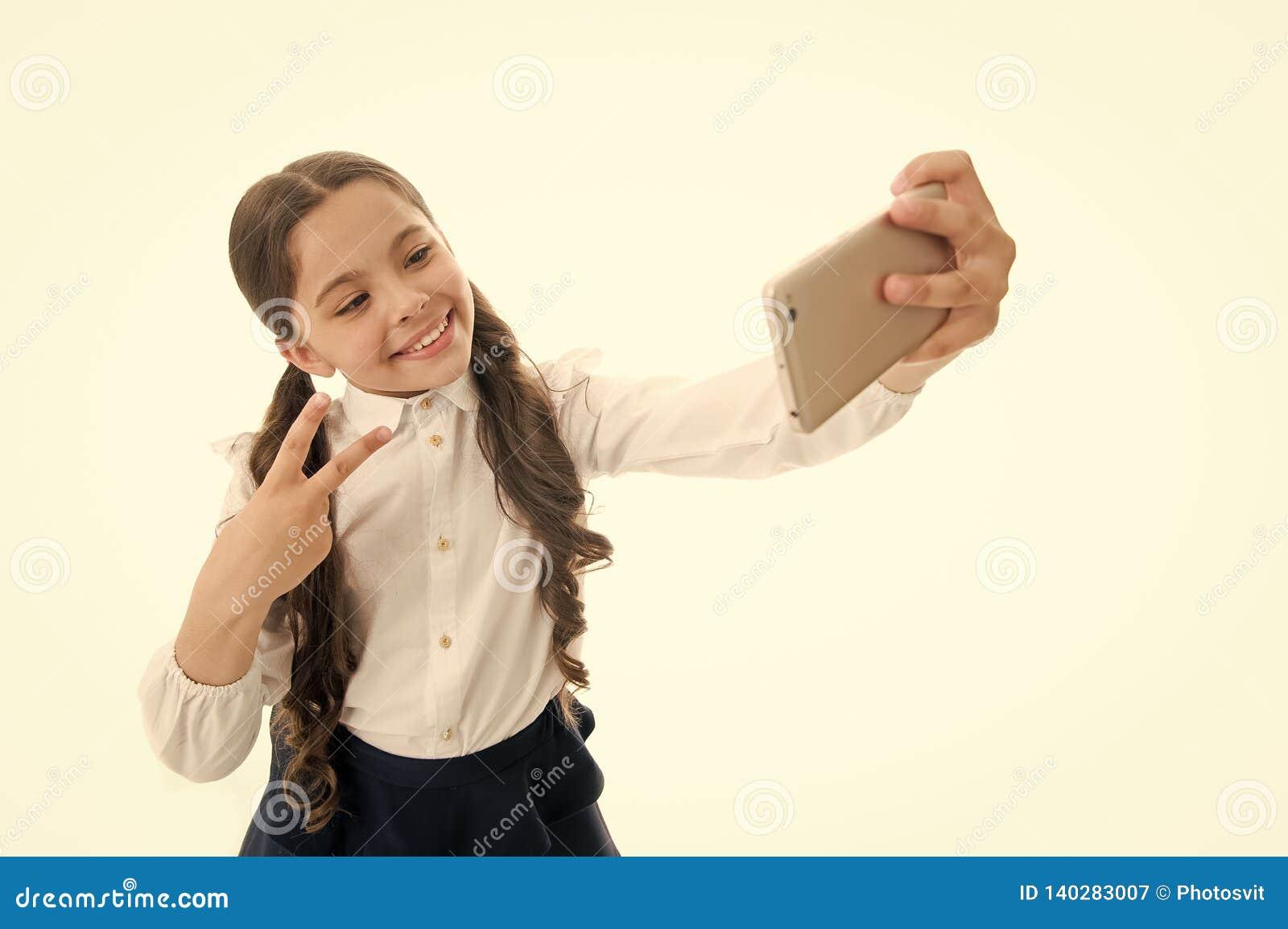 Blog het kleine meisje maakt foto voor haar persoonlijke blog deel uw online blog kinderjarenblog van weinig geïsoleerd jong geit