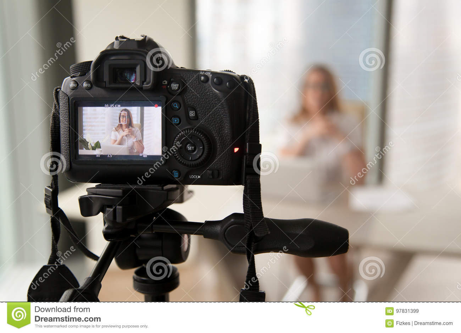 Blog visuel d enregistrement professionnel d appareil photo numérique de businesswoma