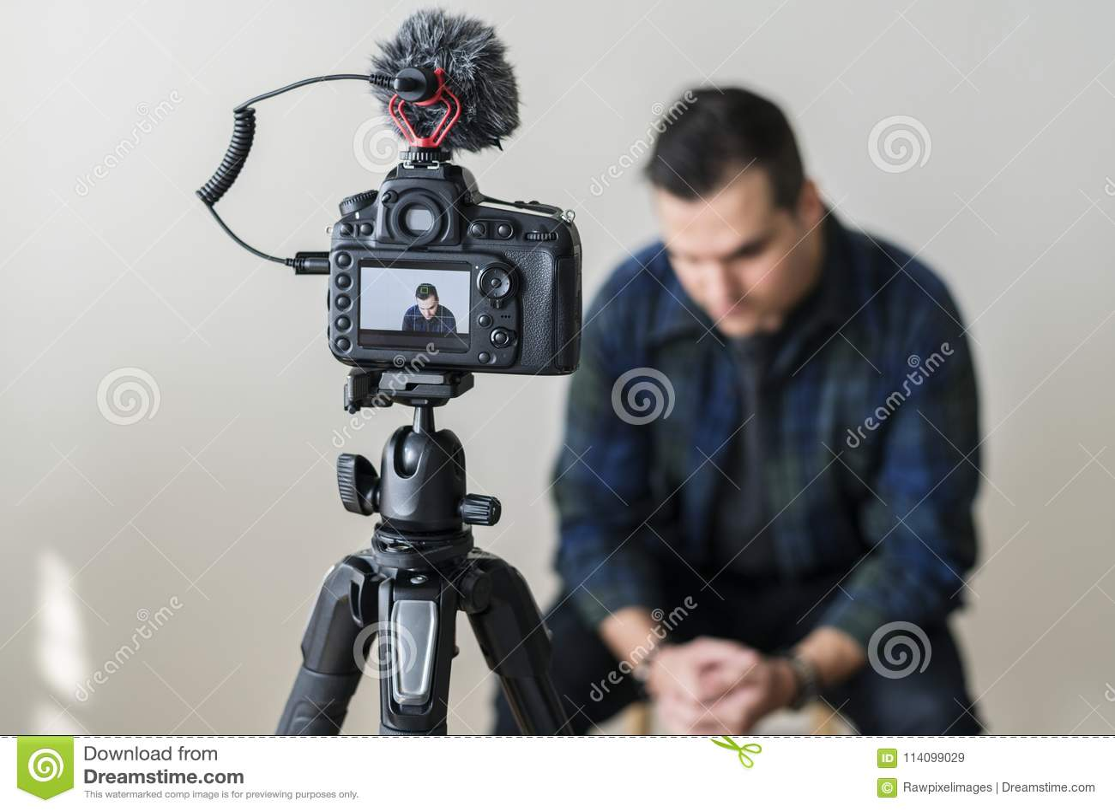 Blogger blanc enregistrant sa vidéo