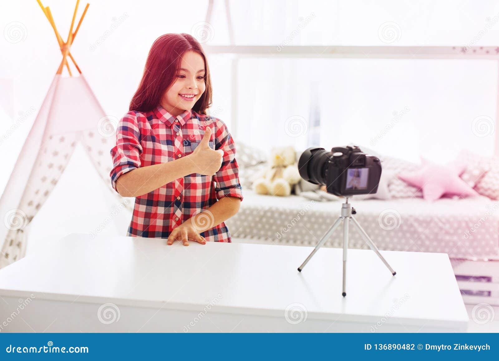Blogger das crianças que recomenda seus brinquedos novos seus seguidores que filmam o vídeo