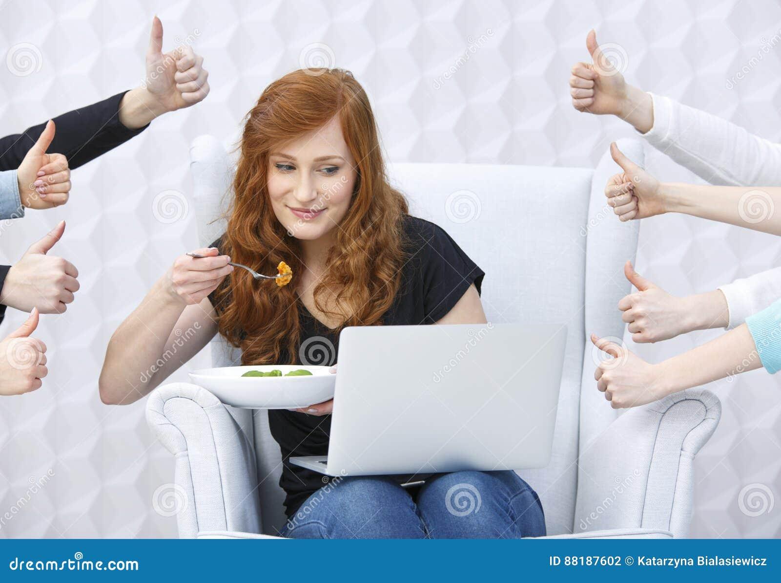 Blogger de la comida con el ordenador portátil