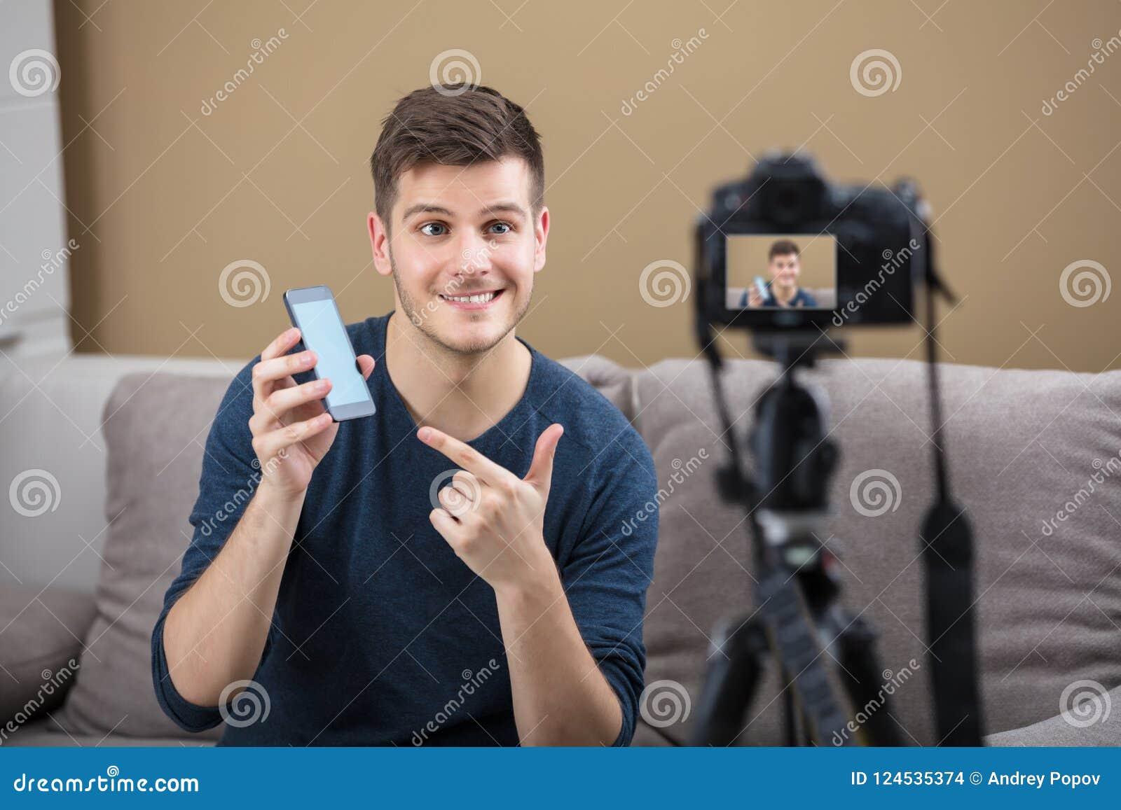 Blogger jugeant l enregistrement de téléphone portable visuel avec l appareil-photo
