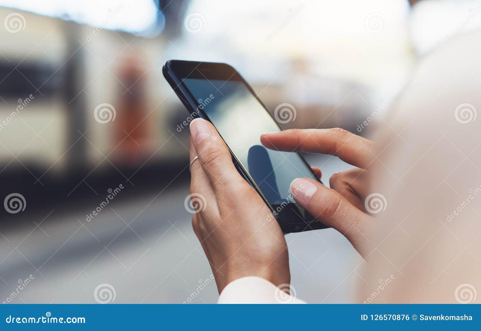 Bloggerhipster som använder i handgrejmobiltelefonen, smsande meddelande för kvinna på smartphonen för tom skärm, smsande meddela