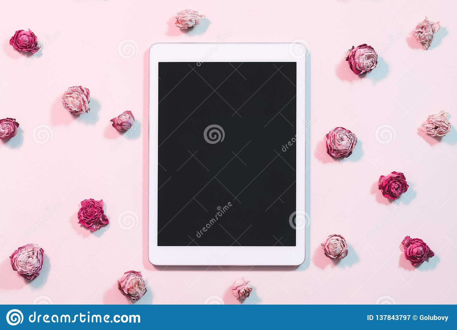 Blogging social networks tablet computer flat lay