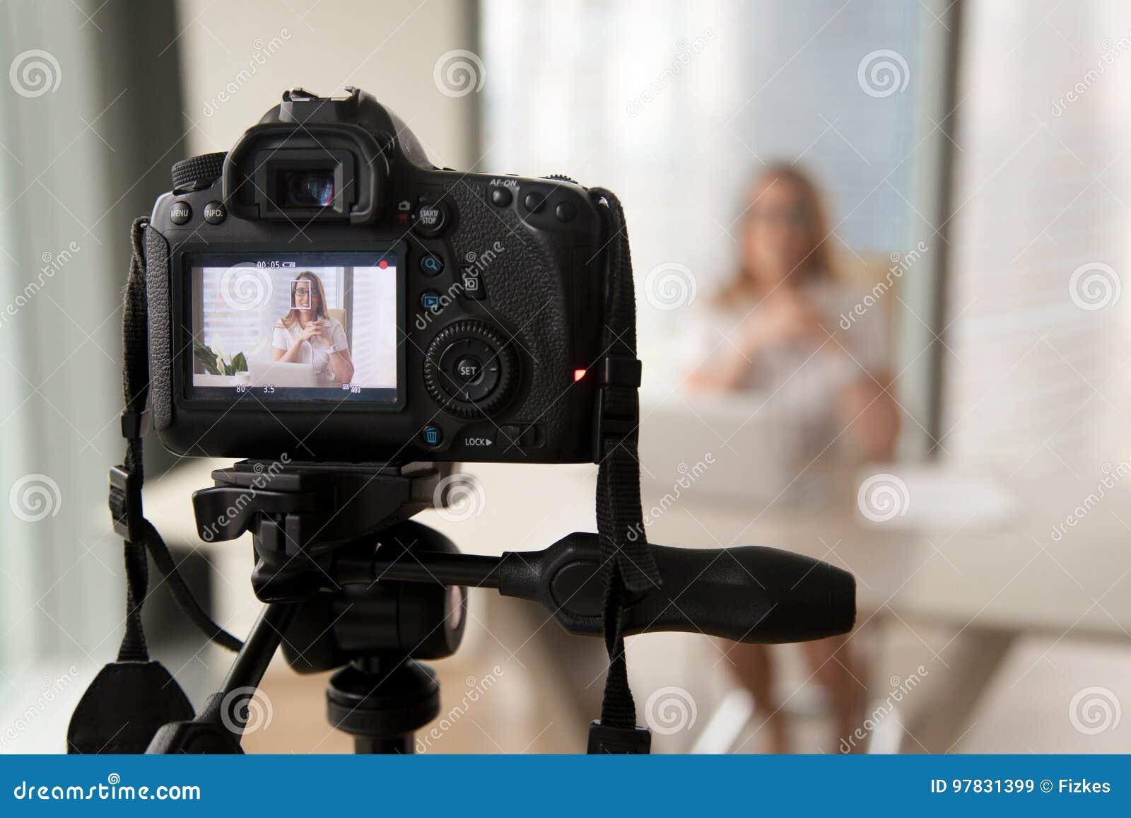 Blogue video da gravação profissional da câmara digital do businesswoma