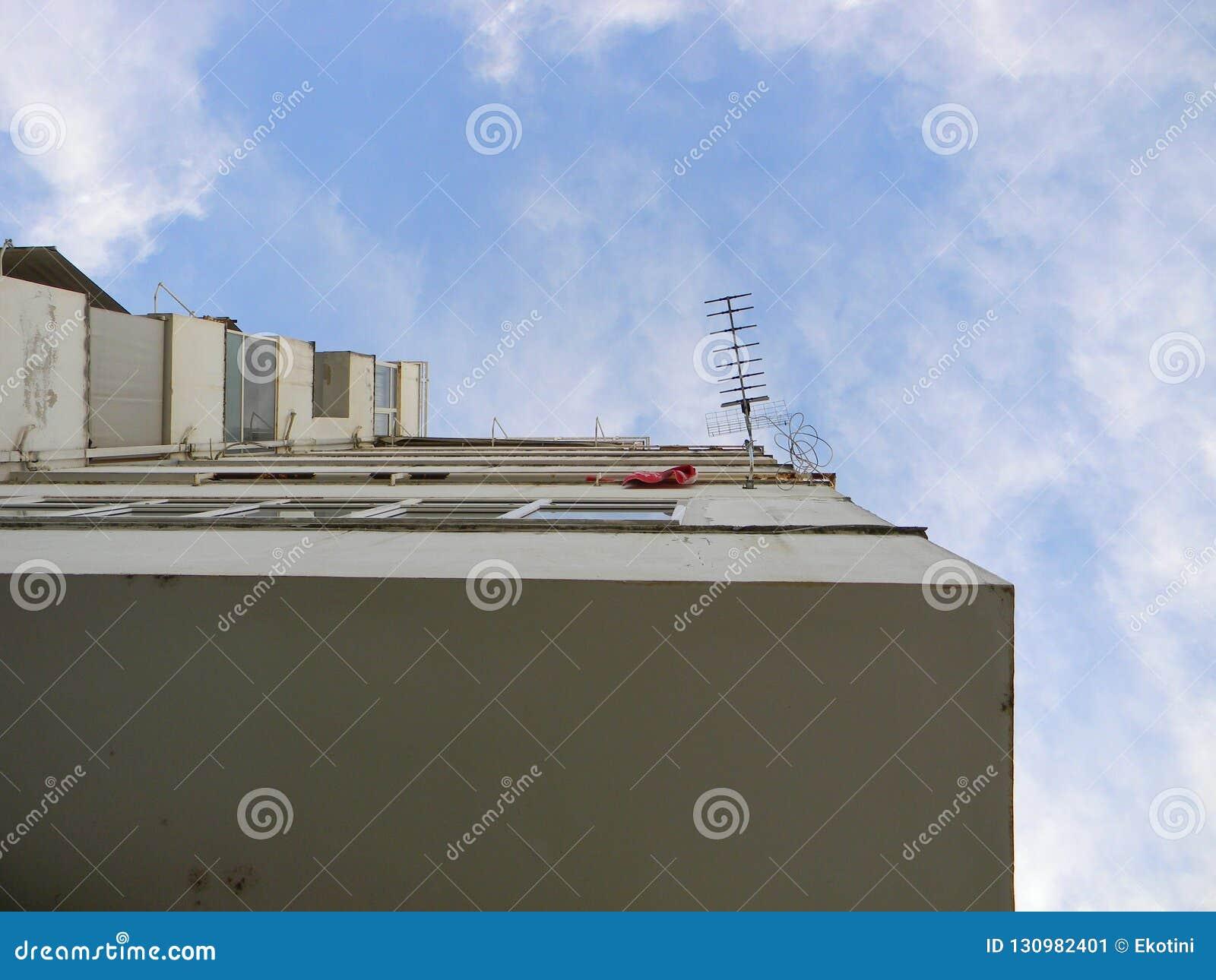 Blok mieszkaniowy i antena