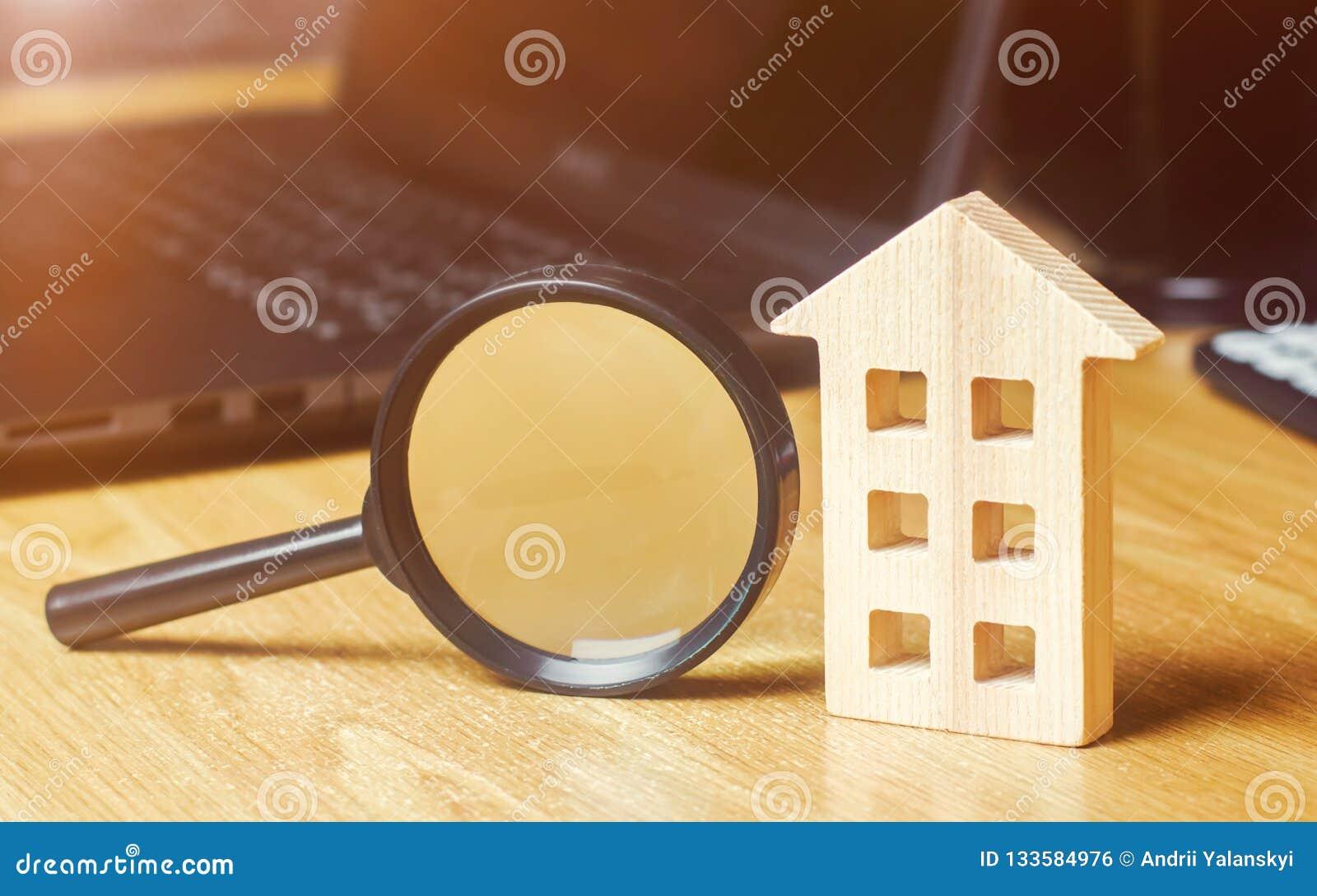 Blokhuis en vergrootglas Bezitswaardevaststelling Keus van plaats voor de bouw Huis die concept zoeken zoek