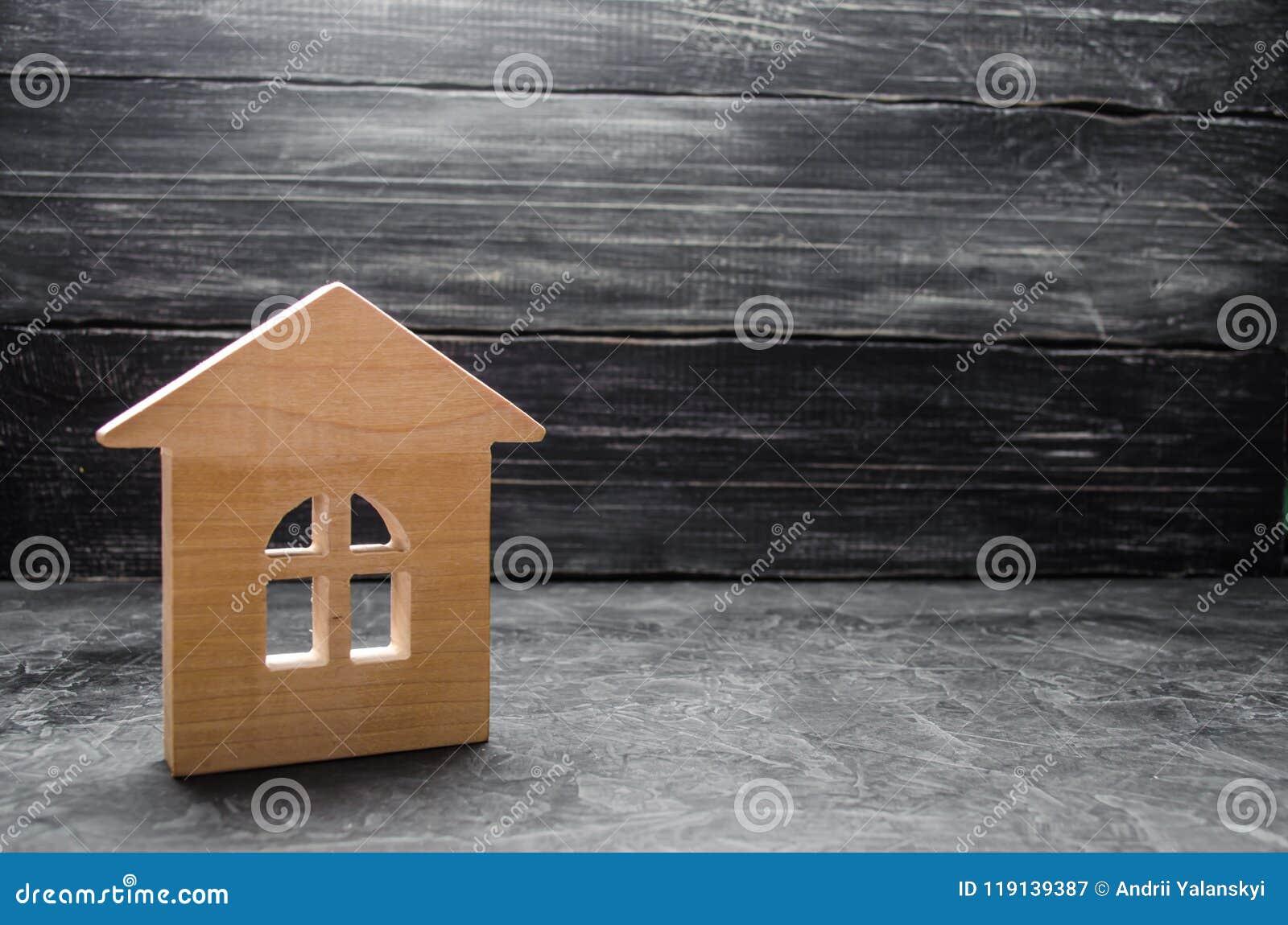 Blokhuis op een grijze concrete achtergrond Concept het kopen van en het verkopen van huisvesting, de bouw een huis Huur van flat