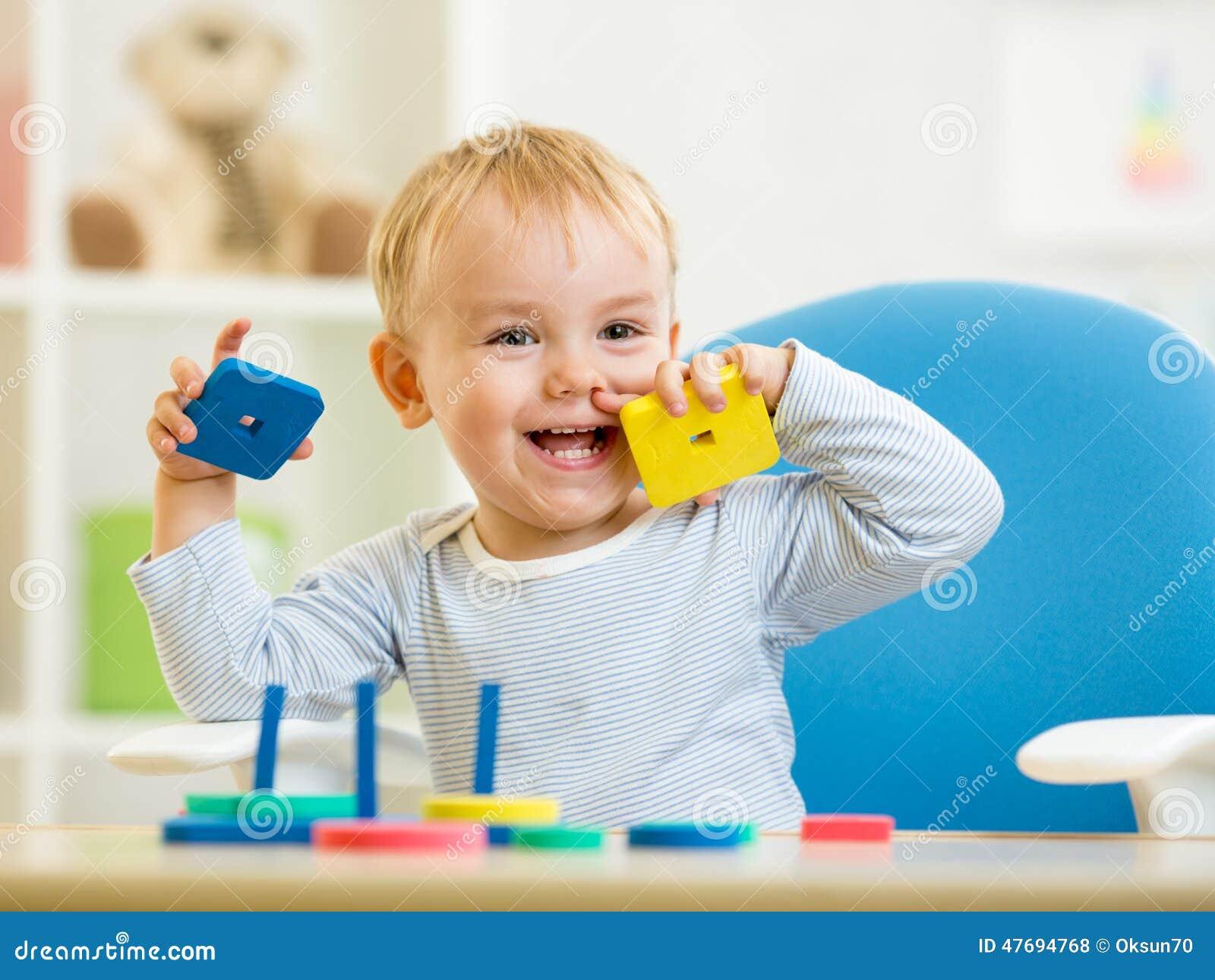 Bloki target2051_1_ dziecka bawić się mały