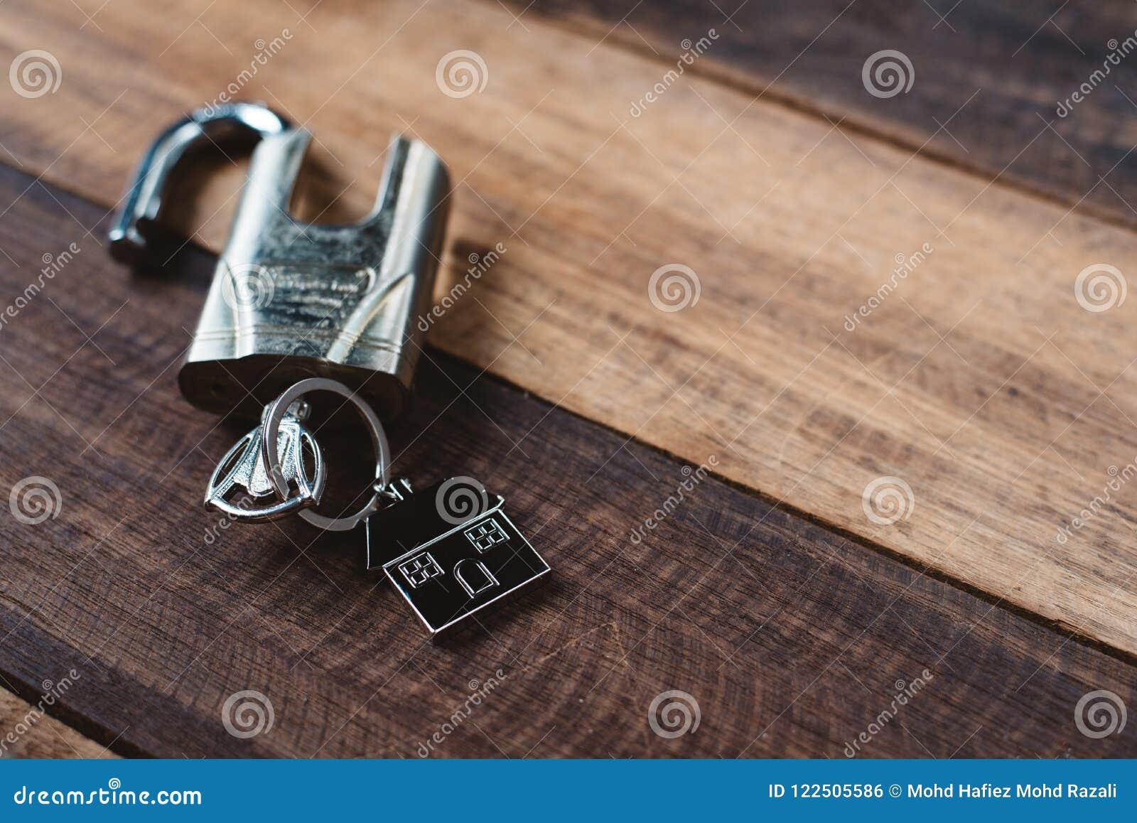Blokuje, wpisuje i mieści, kształt kluczową etykietkę na drewnianym stole