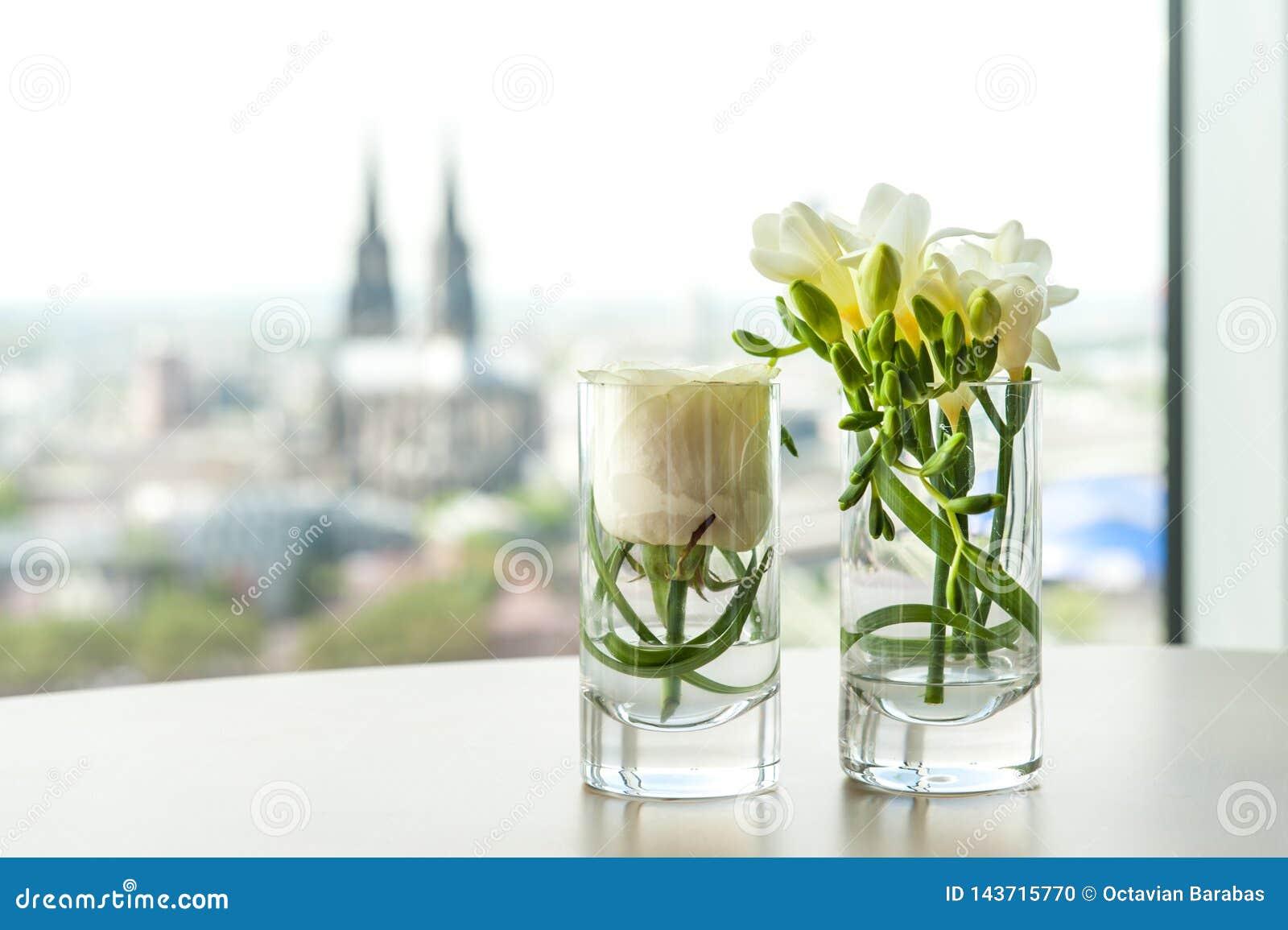 Blom- prydnad som är främst av Dom av Cologne