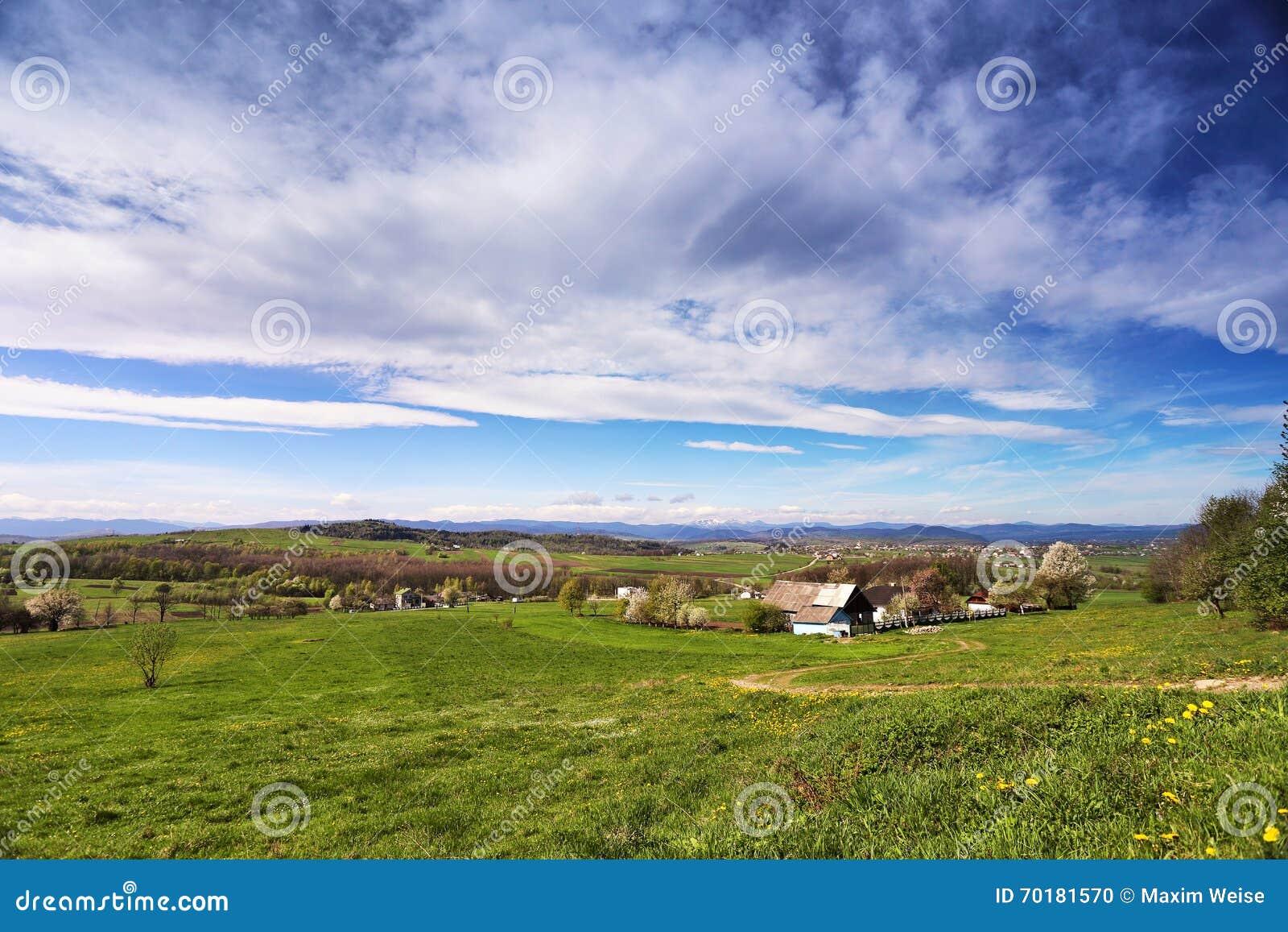 Blomma för gröna kullar för vår Dal bak utlöparen