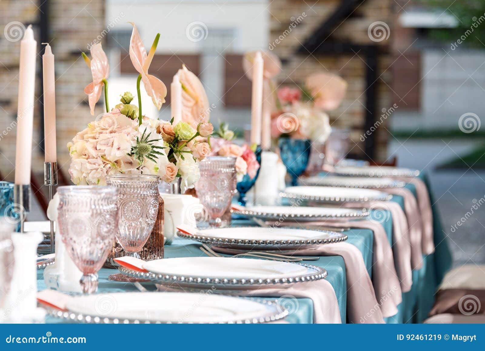 Blomma tabellgarneringar för ferier och bröllopmatställe Bordlägga uppsättningen för ferie-, händelse-, parti- eller bröllopmotta