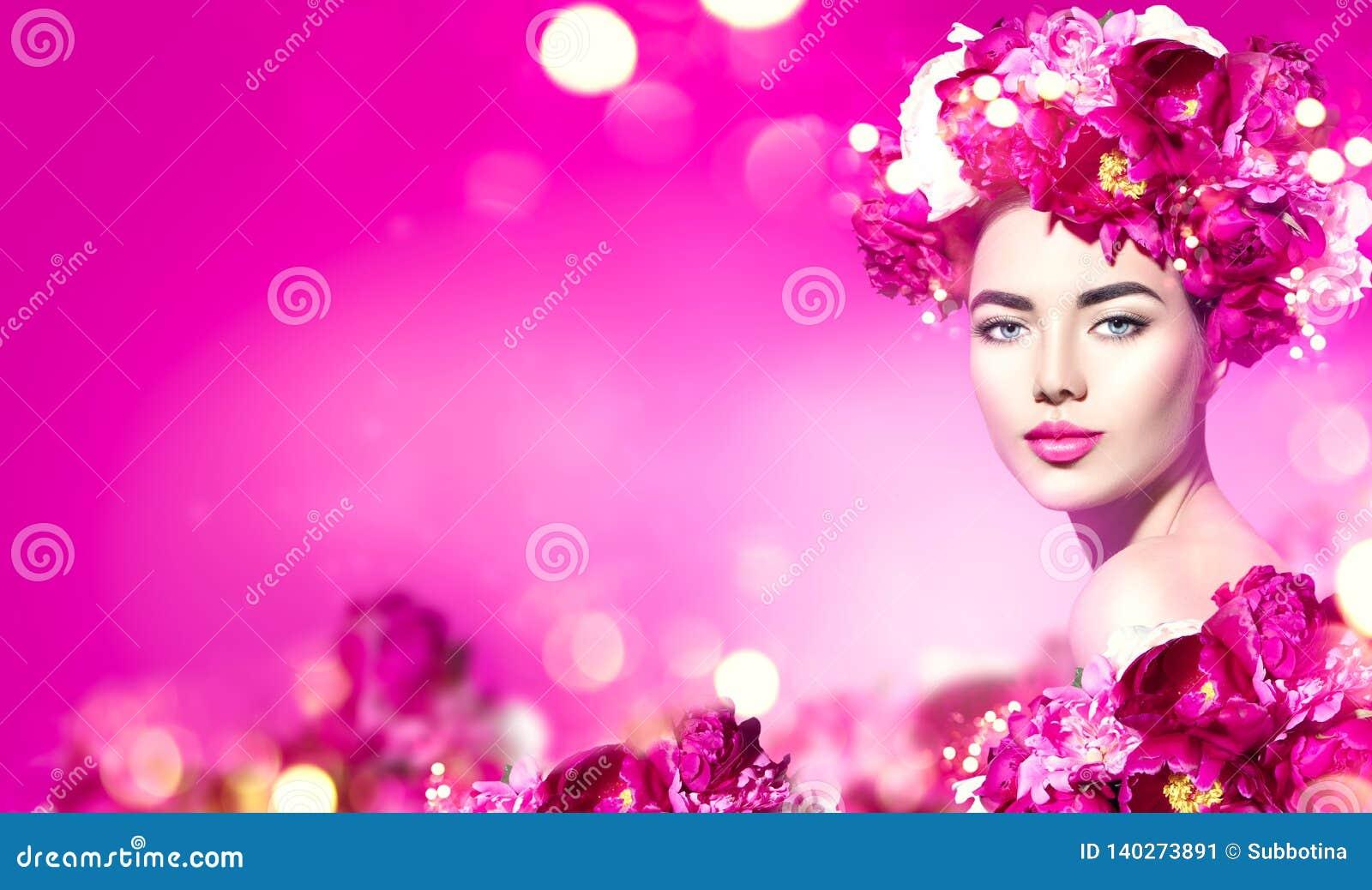 Blommar frisyren Skönhetmodellflicka med den rosa pionblommakransen över lilor