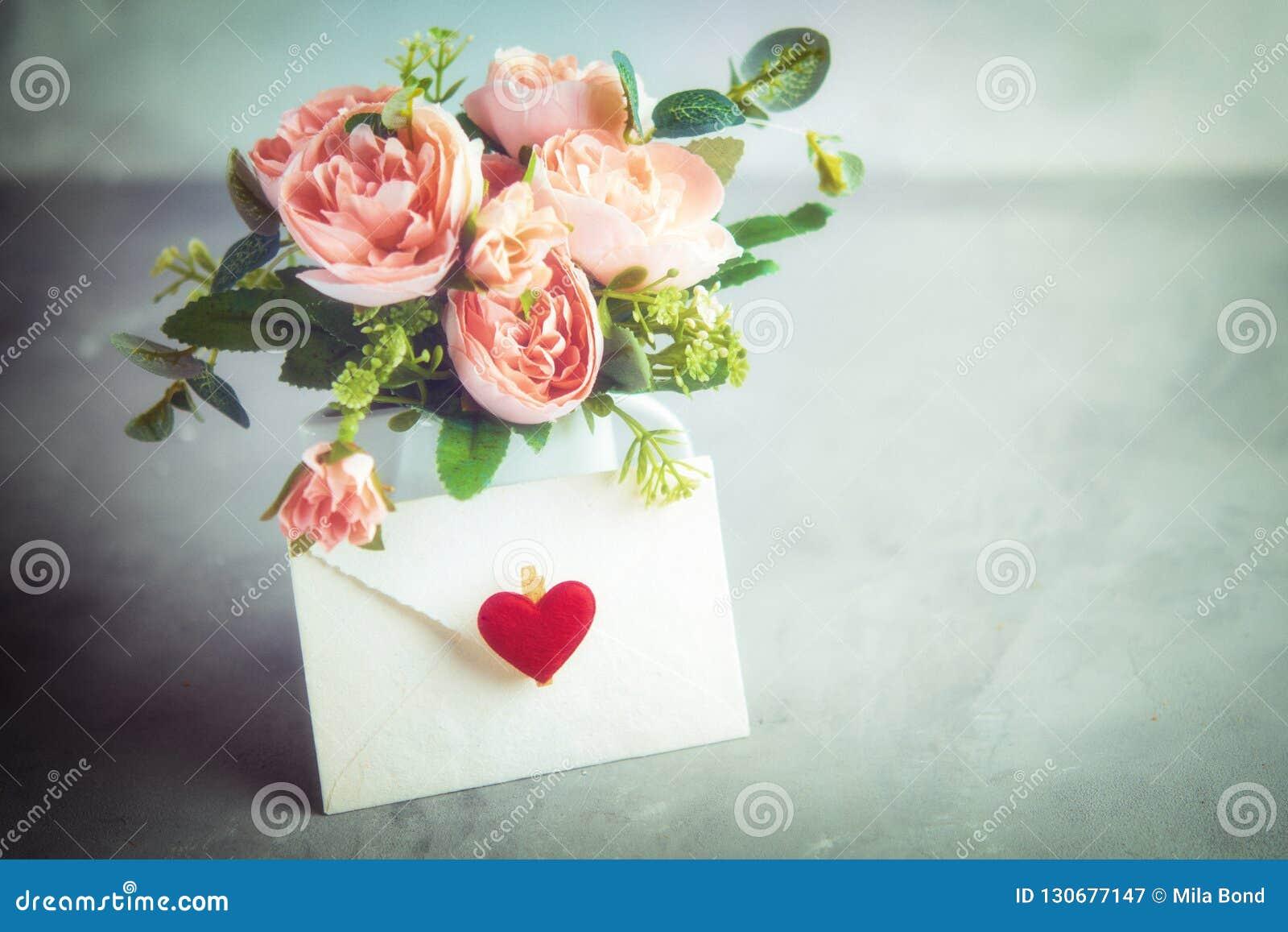 Blommar sammansättning för valentin` s, moder` s eller dag för kvinna` s Stilleben Romantisk mjuk försiktig konstnärlig bild, fri