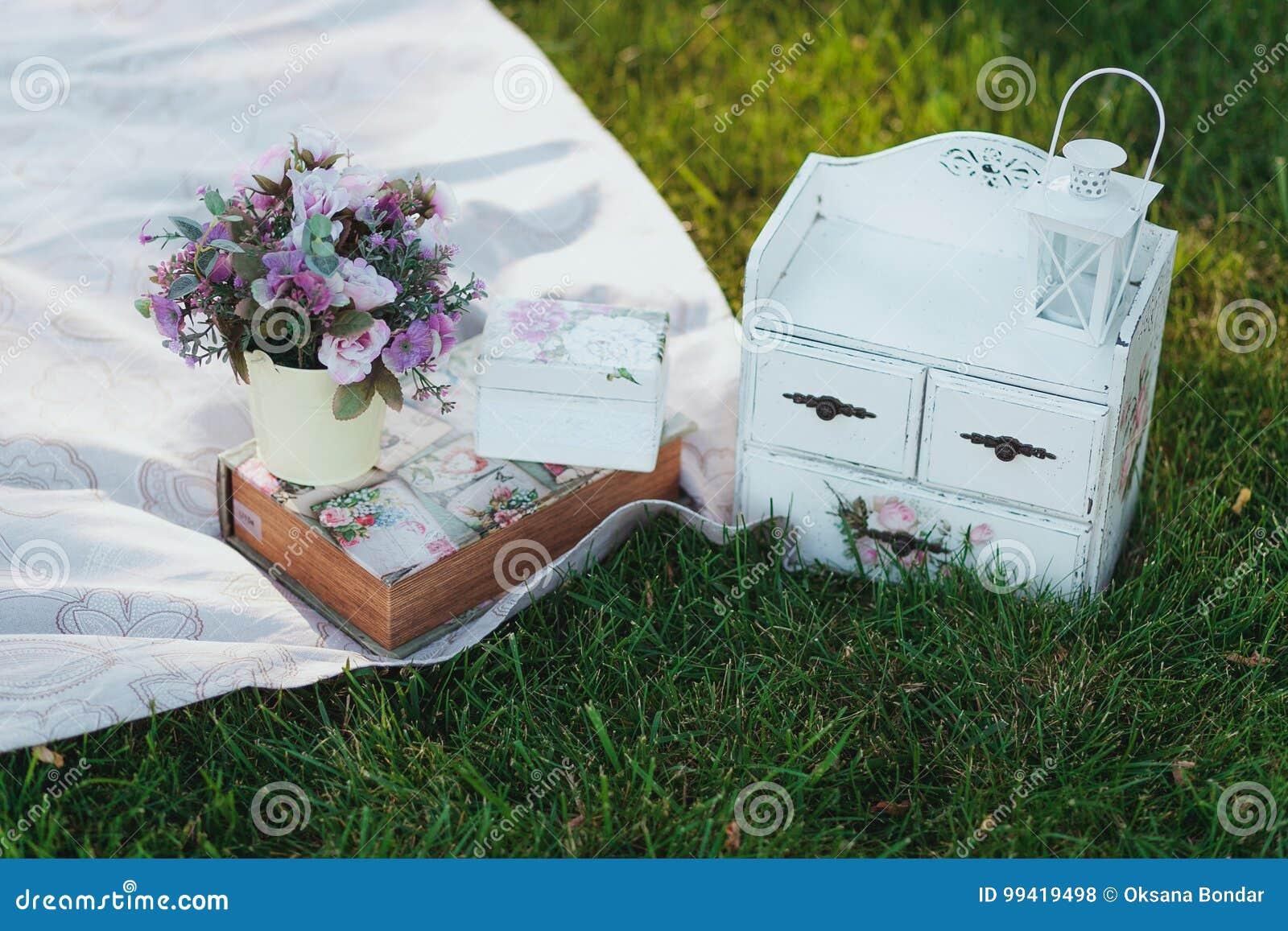 Blommor i en ösregna Picknick på ett gräs