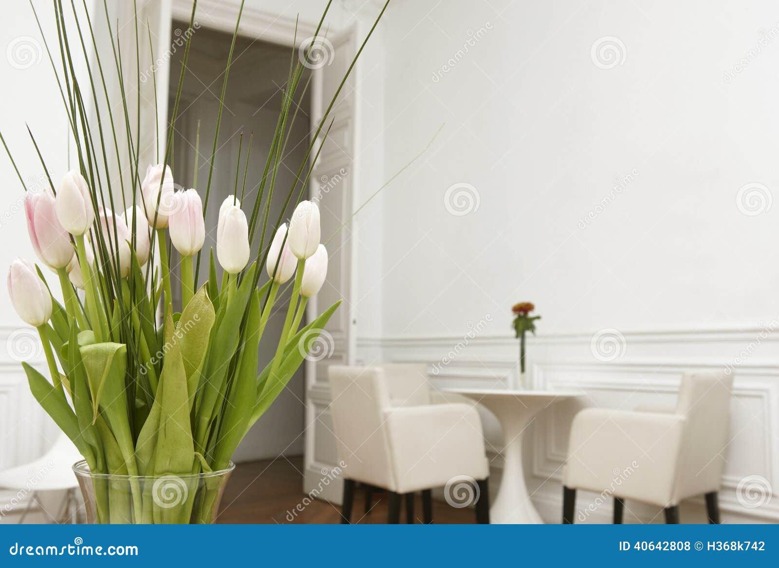 Blommor i en hemmiljö för vitt rum