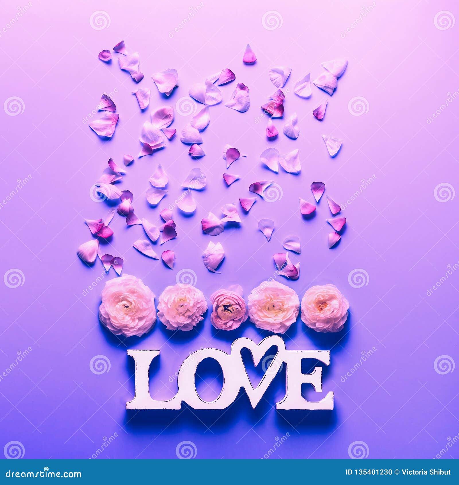 Blommor och ordförälskelse på neonfärgbakgrund Festligt blom- begrepp, bästa sikt Lekmanna- lägenhet