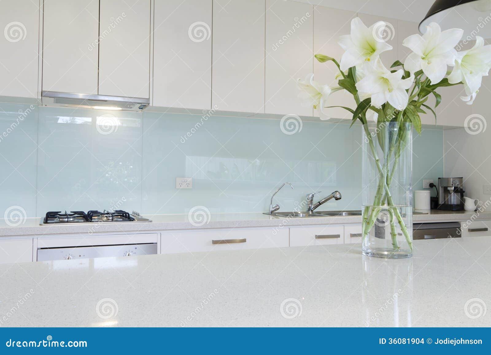 Blommor på den vita kökbänken