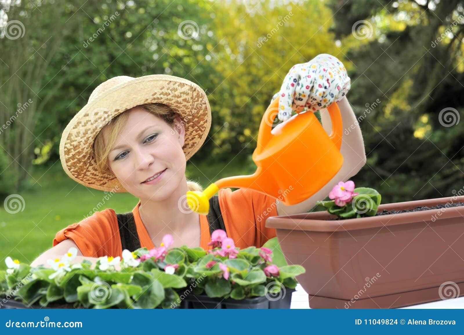 Blommor som bevattnar kvinnabarn