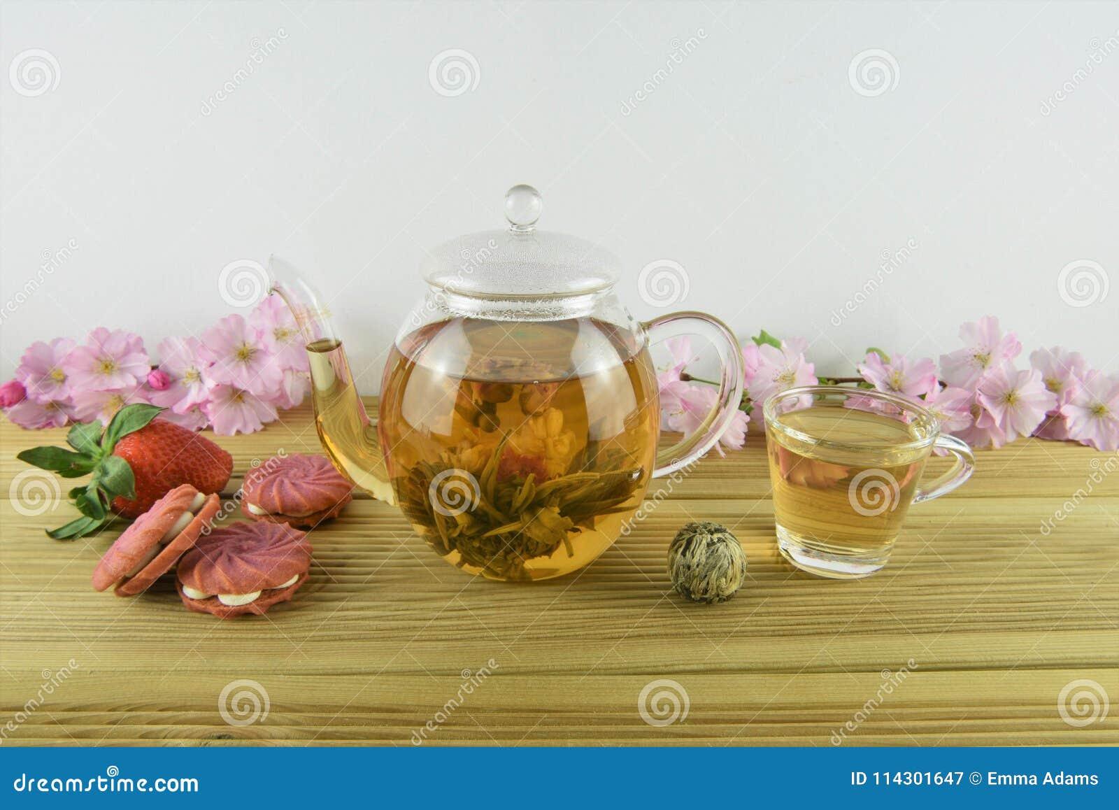 Blomningte med kex eller kakor för jordgubbe rosa