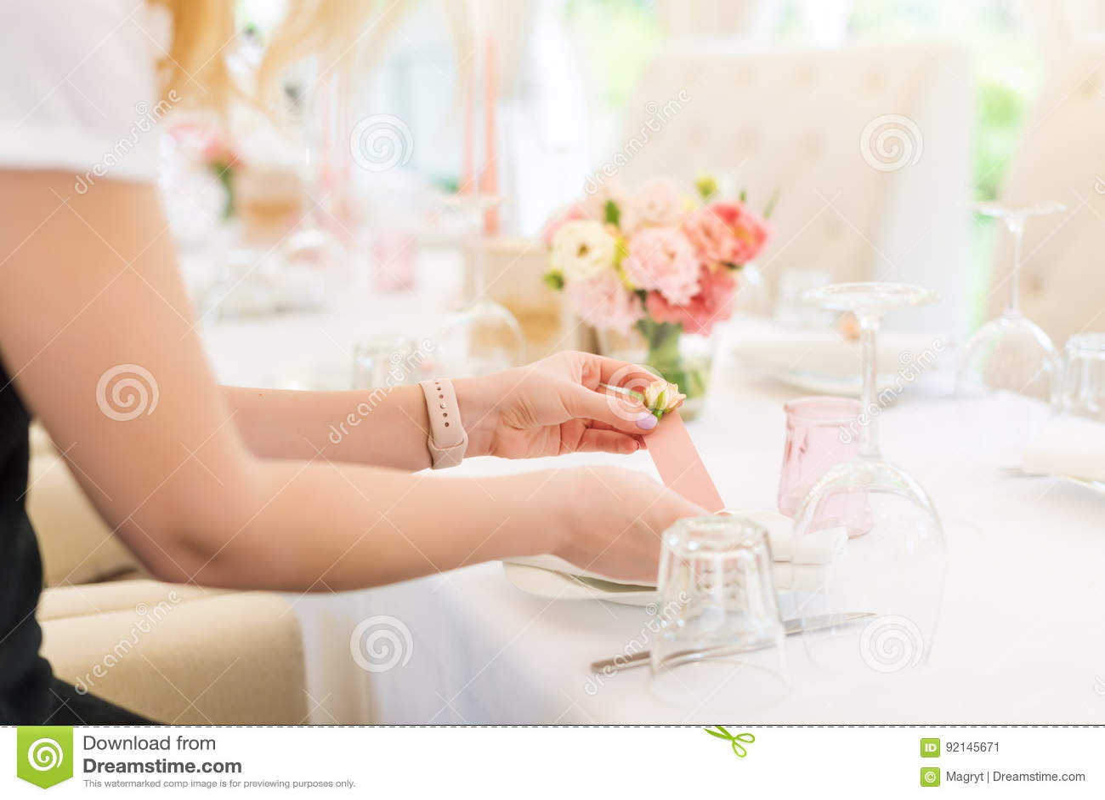 Blomsterhandlare som förbereder blommabröllopdekoren i utomhus- restaurang Ingen framsida, tabelluppsättning för ferie