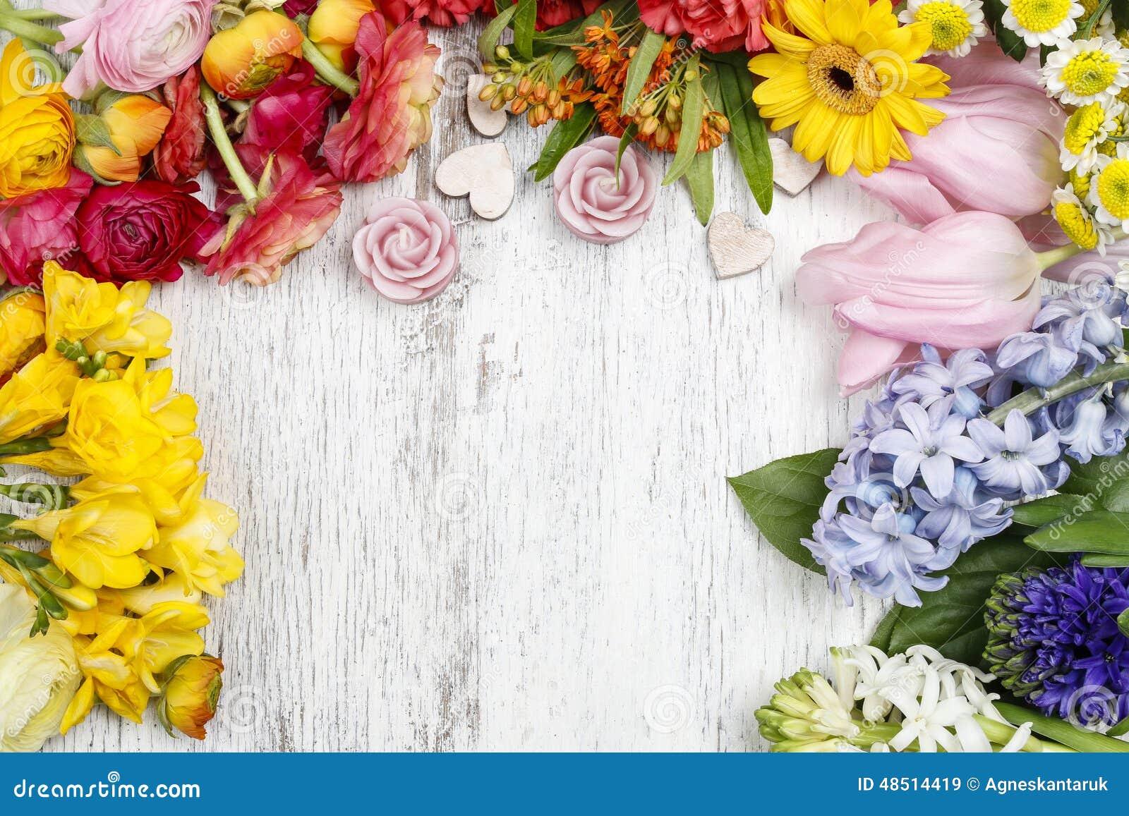 Blomsterhandlaredanandebuketten av den persiska smörblomman blommar (ranunculusen)