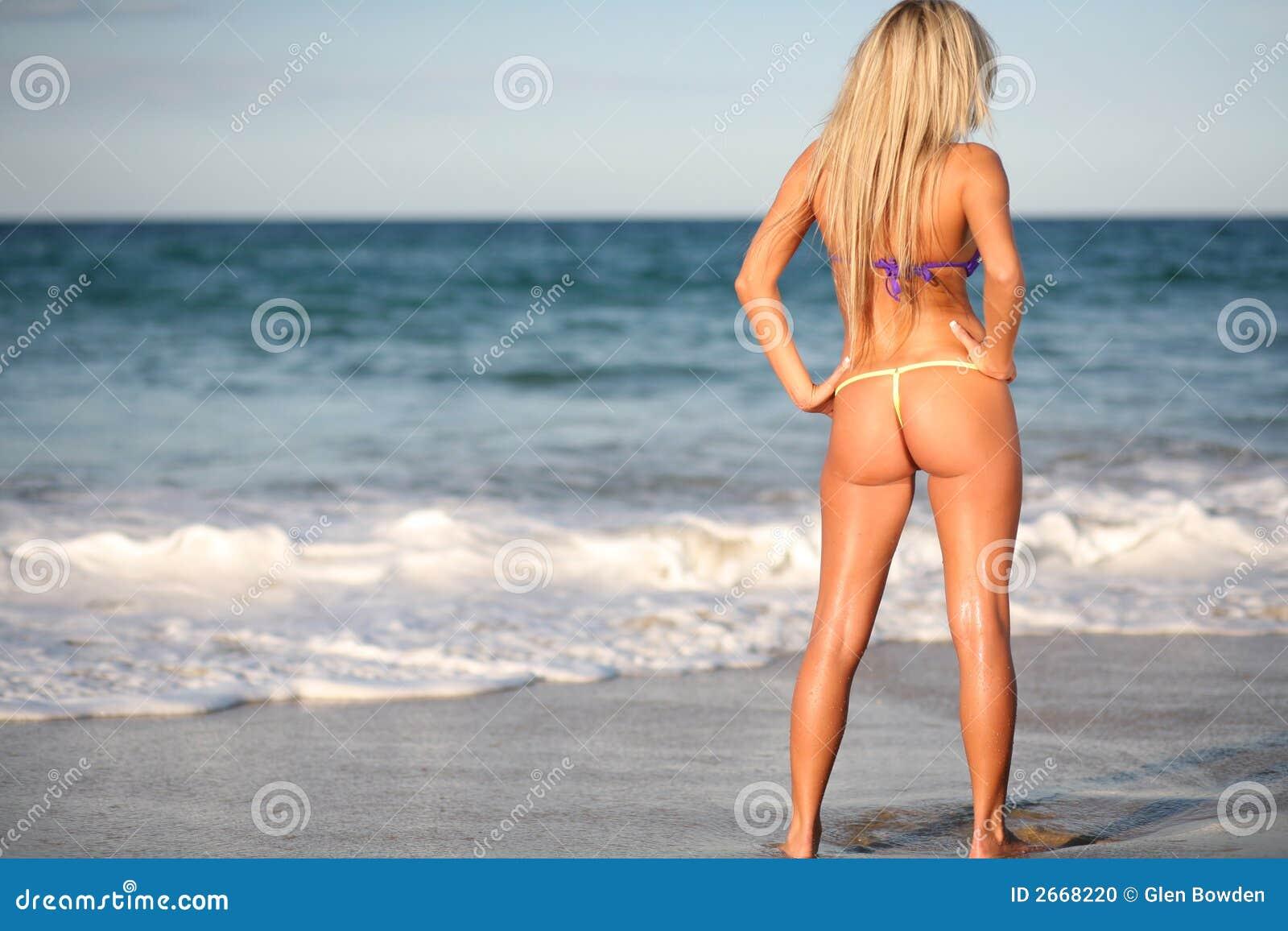Blond bikinimodel op strand