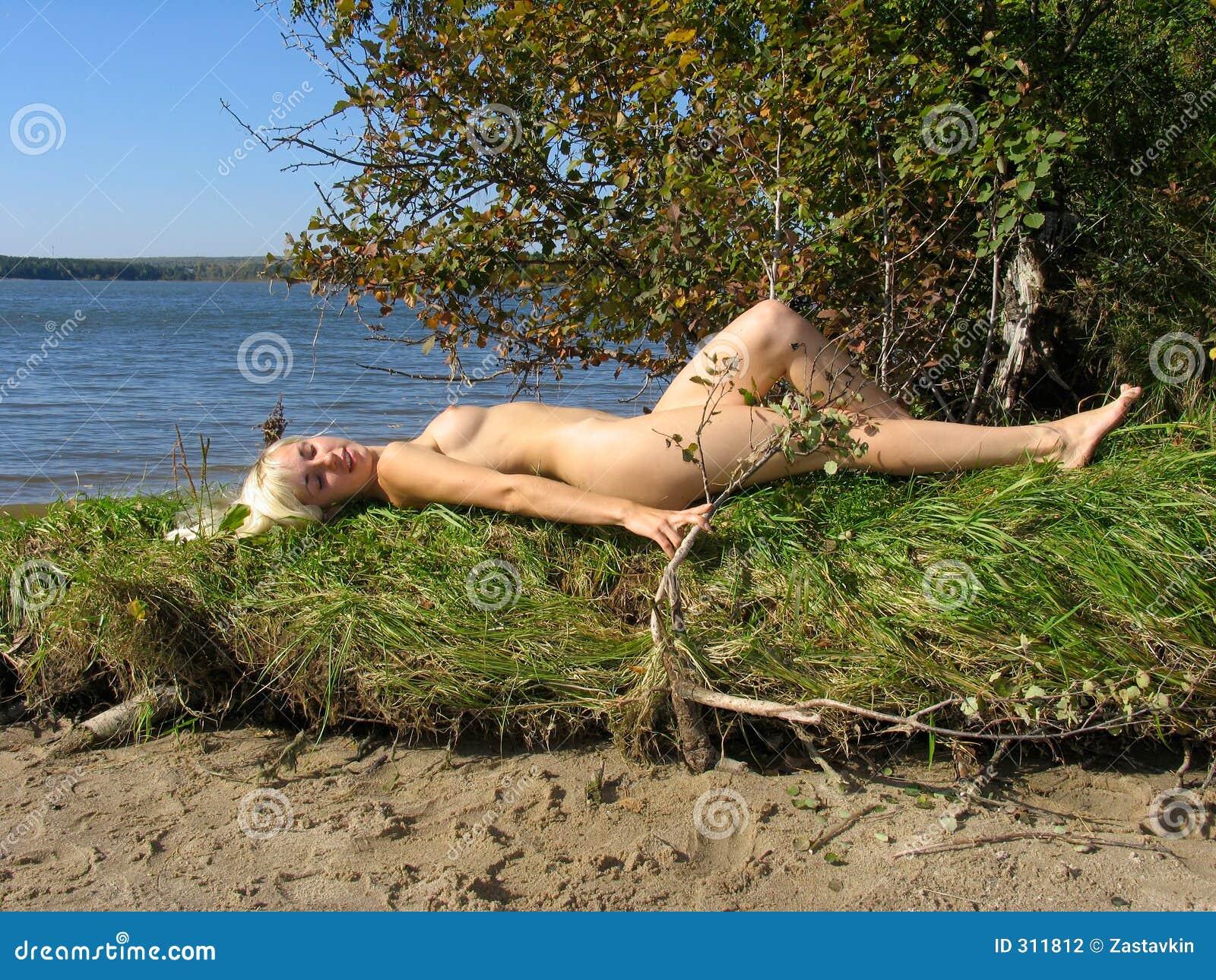 Blond dziewczyny trawy