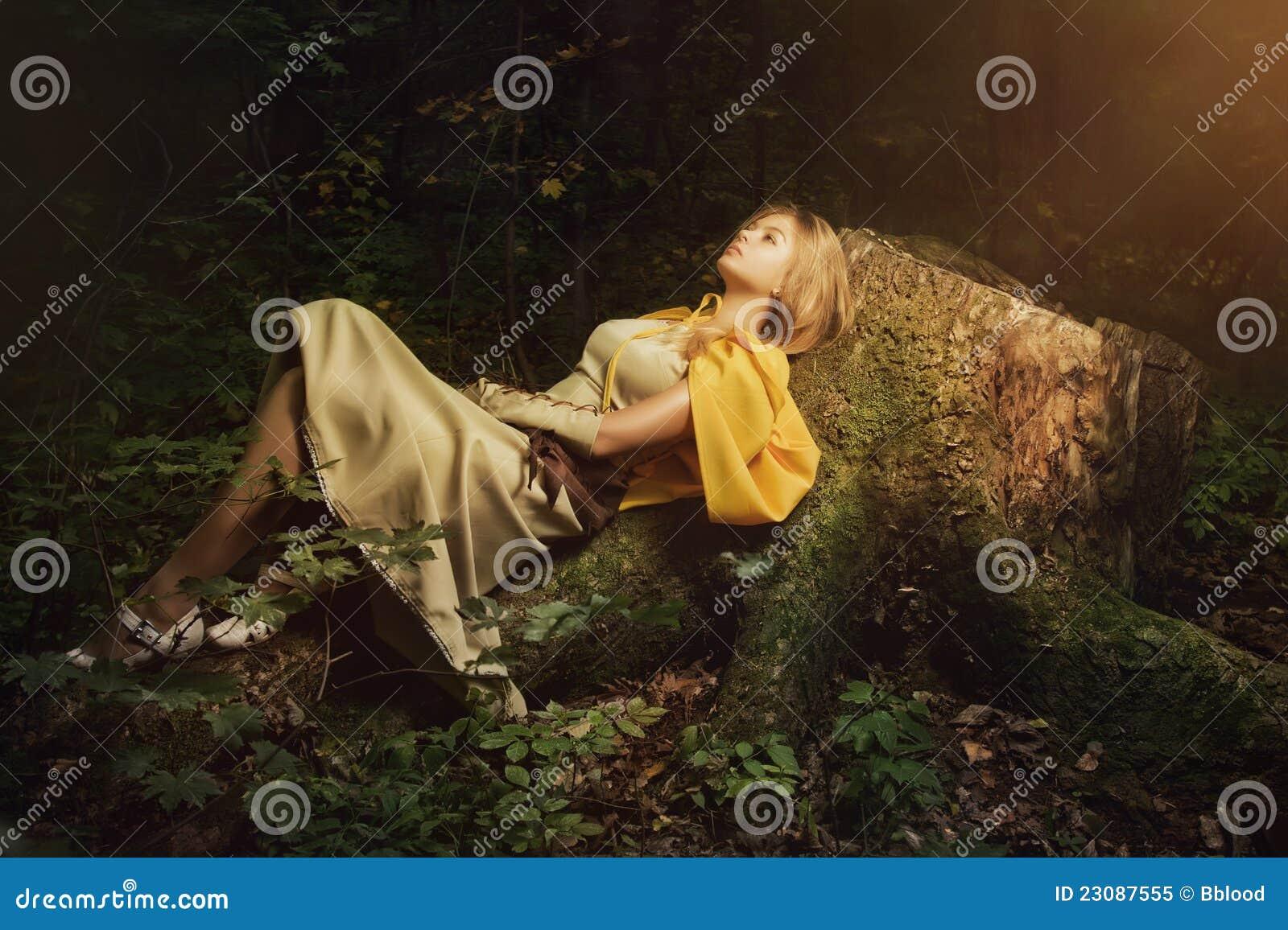 Blond flicka i en magisk skog