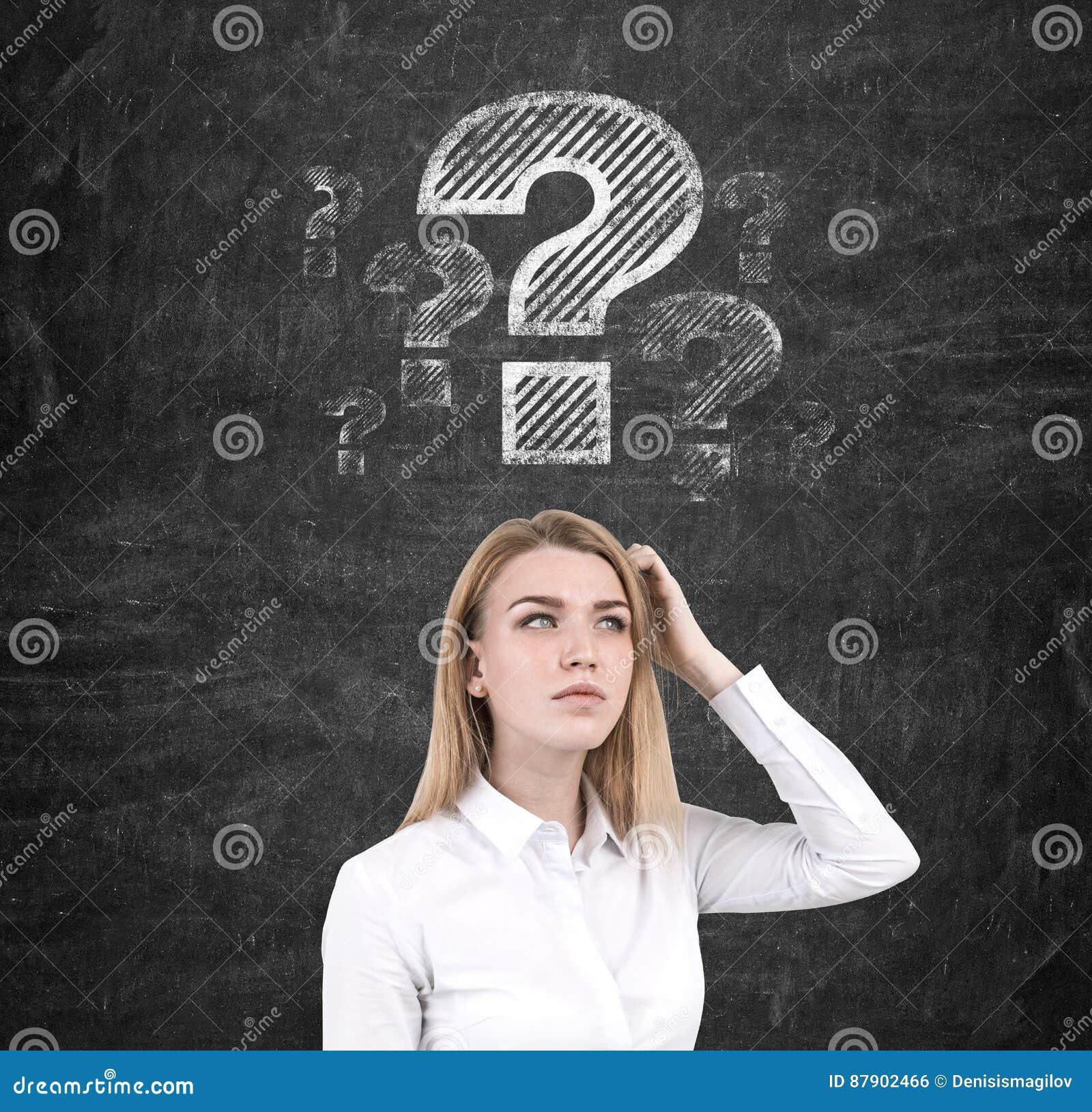 Blond kobieta i duży znak zapytania na blackboard