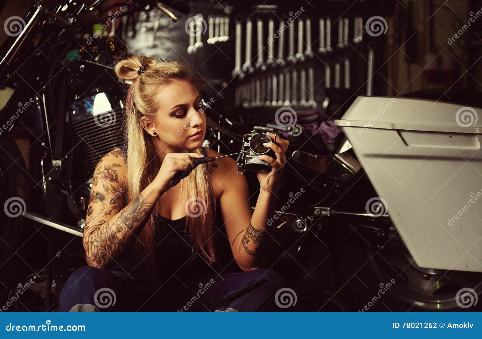 Blond kobieta mechanik