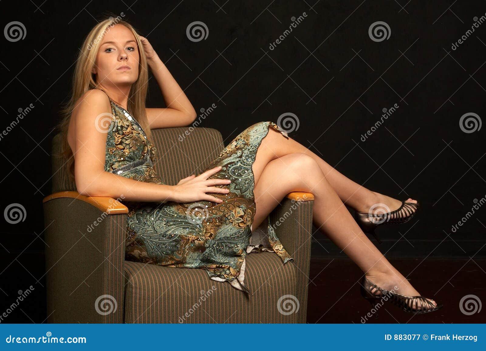 Blond krzesła nogi nad seksownymi young