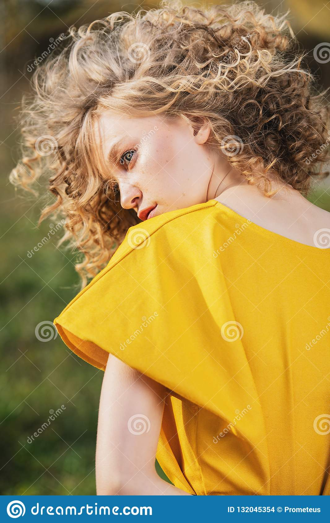 Blond lockig flicka